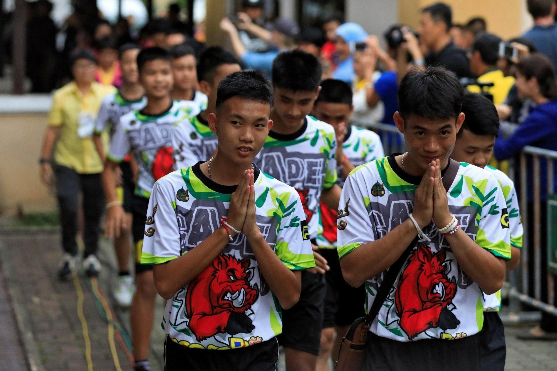 早前泰國少年足球隊獲救的13人,出院後出席記者會,分享受困至獲救的過程。(路透社)