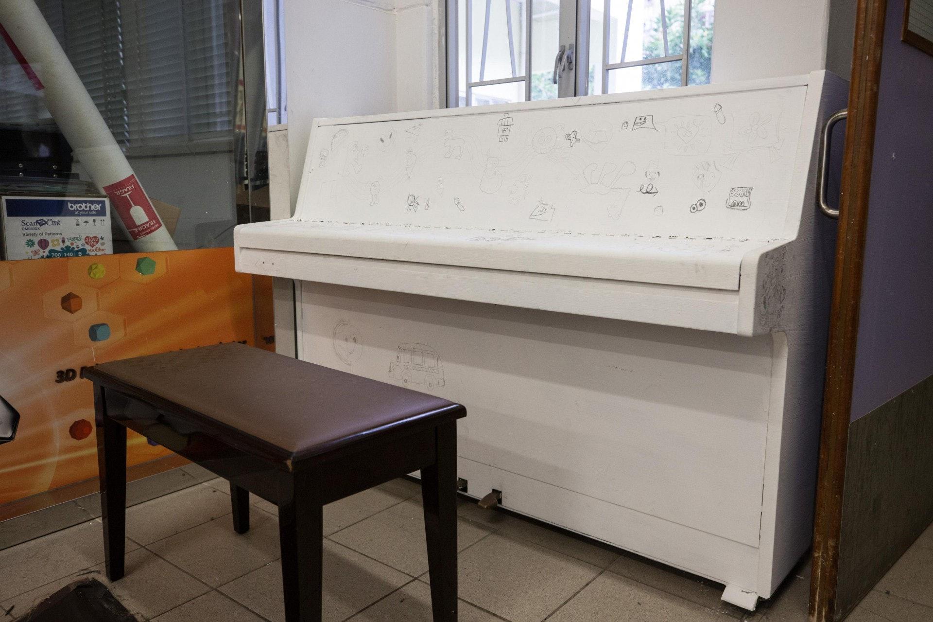 校內設有鋼琴,學生可以隨意彈,同時亦可繪畫點綴。(梁鵬威攝)