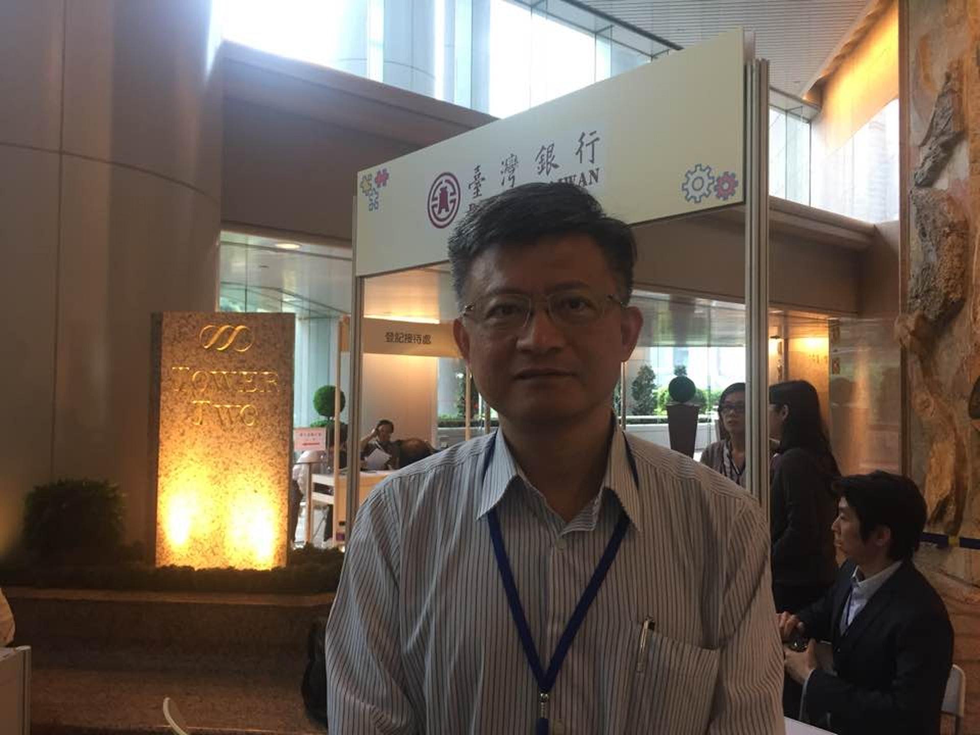 吳佳䁱指台灣薪金較香港低一半。(張嘉敏攝)