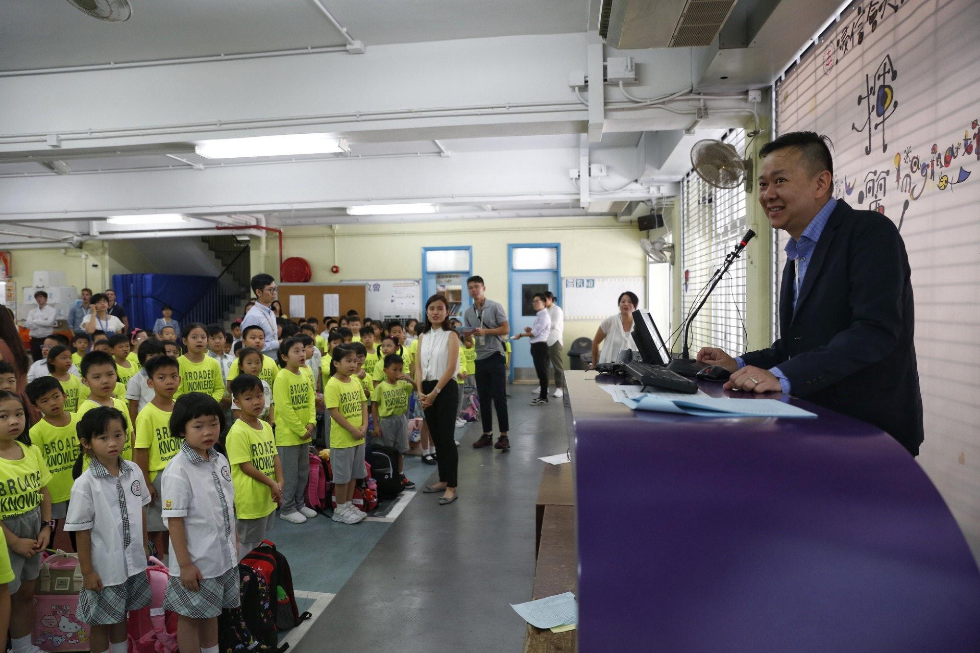 馮耀章在宣布生日福利時,學生們均顯得十分雀躍。(張浩維攝)
