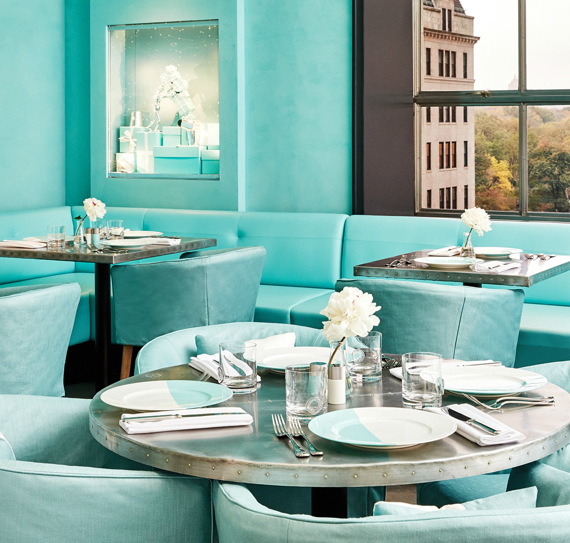 看準這家實體店鋪背後獨特的影響力,Tiffany砸了2.5億美元重新裝修店鋪,將旗艦店的四樓,改裝成藍盒子咖啡館(Blue Box Café)。(Tiffany官網)