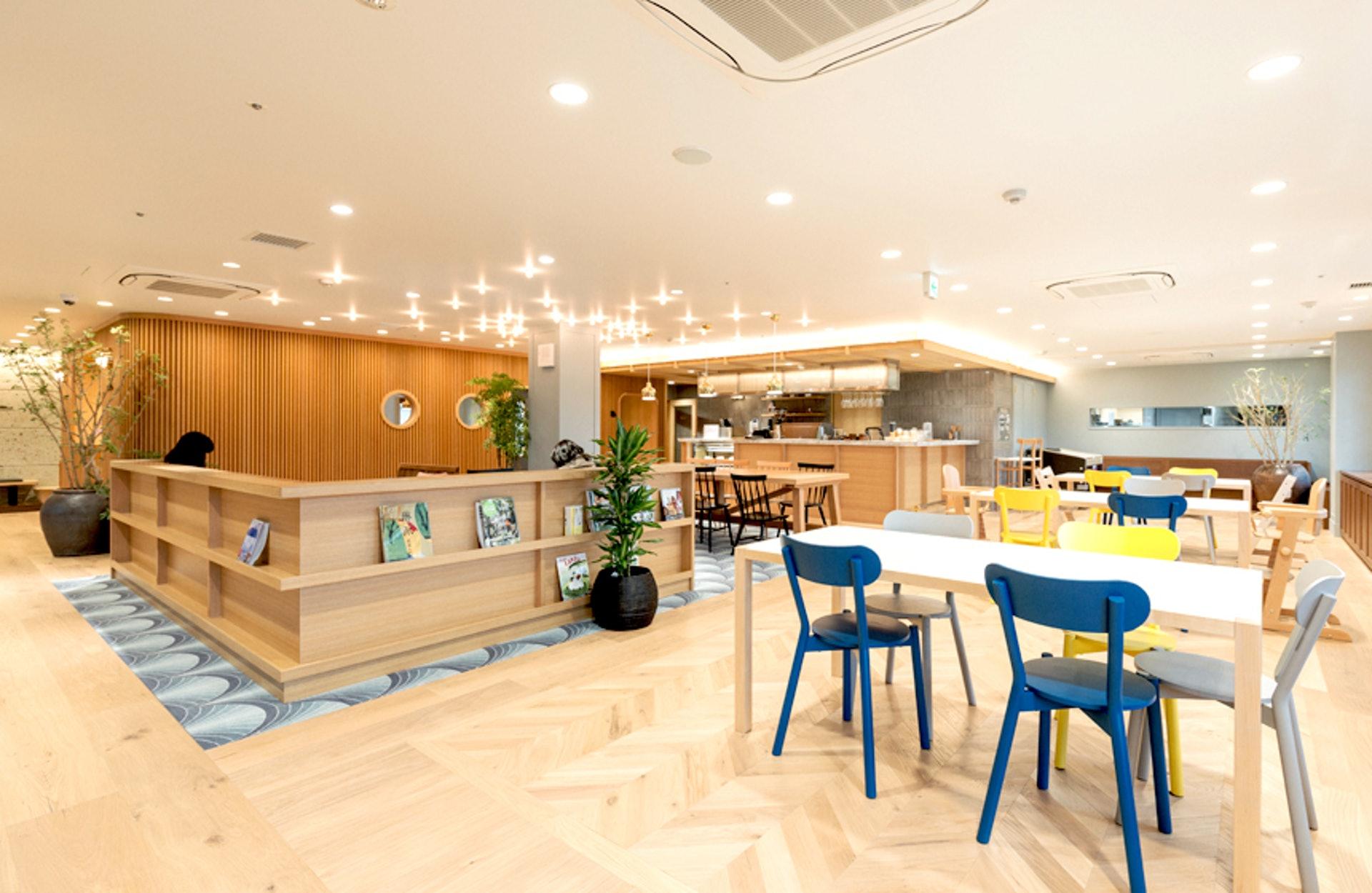 「グランドオーク百寿」地下的咖啡店—OAK CAFE,設計簡約溫暖。(圖片出處:グランドオーク百寿官方網站)