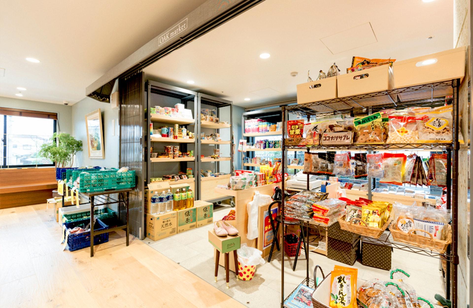 其實,在「グランドオーク百寿」內,也有一間對外關放的小型「超級市場」,售賣適合長者的日常生活用品,亦成為了附近街坊的「聚腳點」。(圖片出處:グランドオーク百寿官方網站)