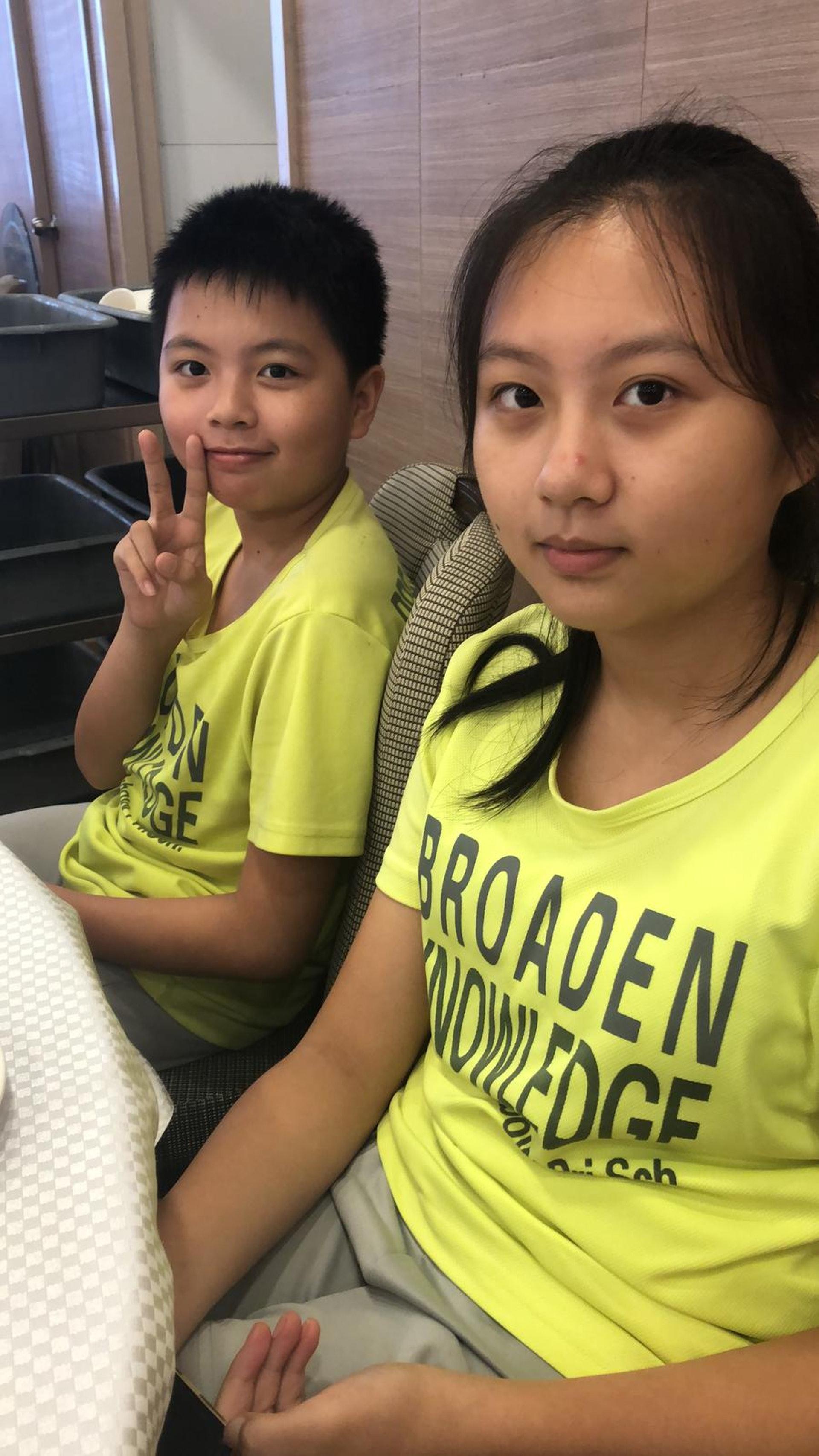吳老師擔心一對小姊弟的安危,昨日將他們帶回自己家中代為照顧。