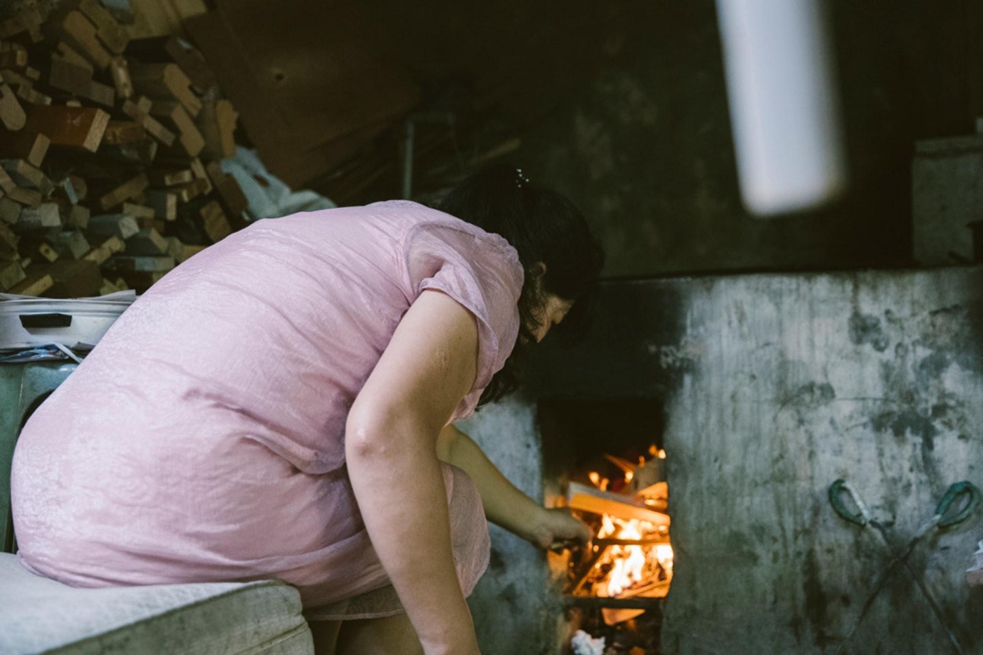 住在英莉家旁邊寮屋的美虹姊弟,家中同樣以柴火煮食。(攝影:鄭子峰)