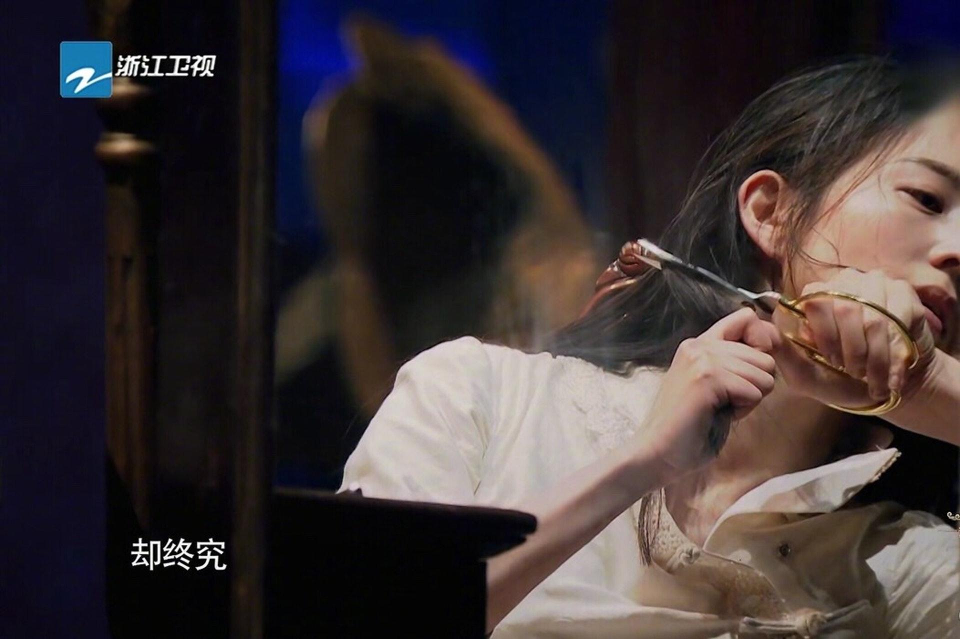 張鈞甯親剪頭髮。(網上圖片)