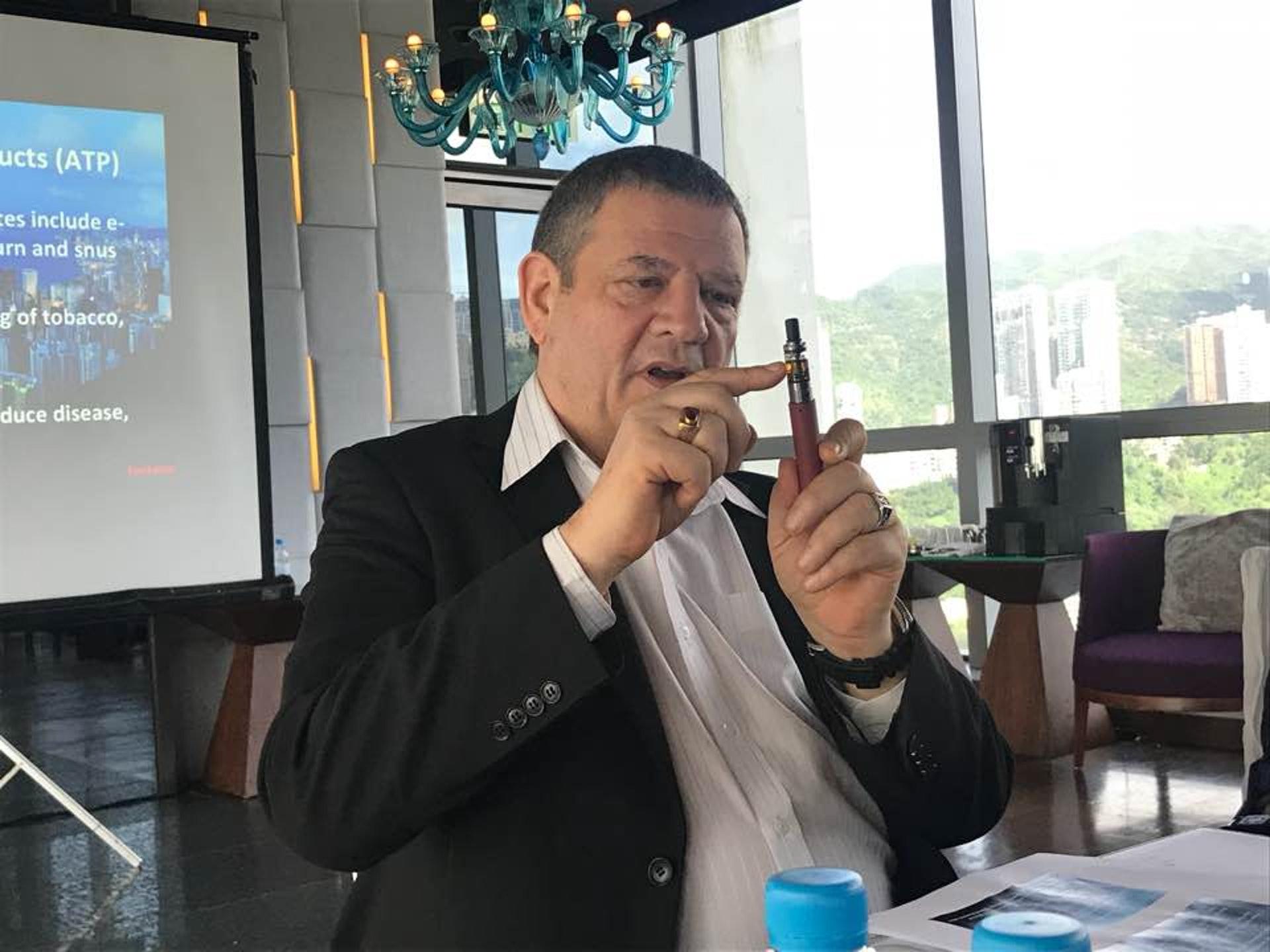 負責研究的factAsia.org 發起人Heneage Mitchell 表示,電子煙煙嘴助隔走有害物質。(陳芷昕攝)