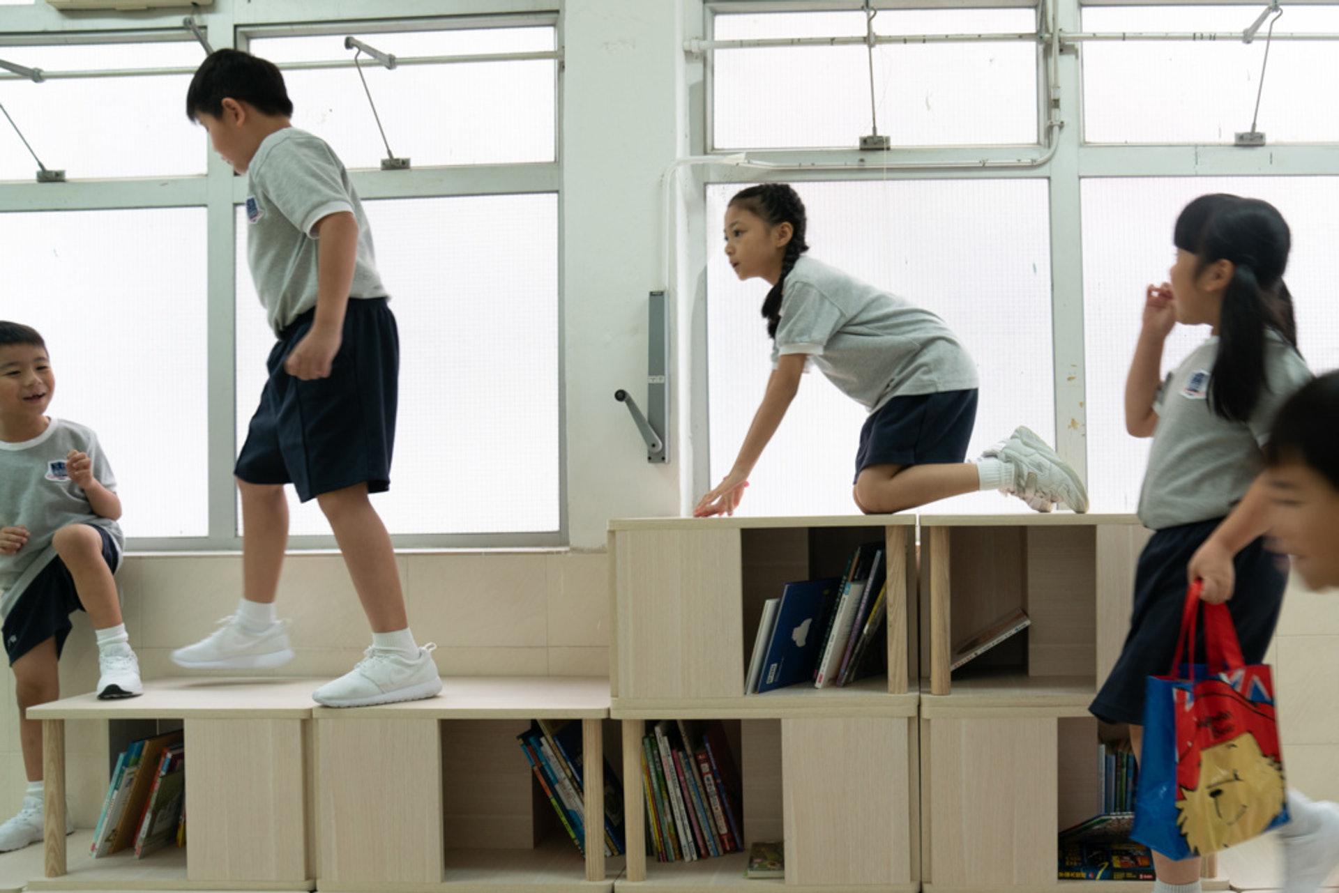 禮堂和操場的一隅,都有可以當書櫃和座椅的格仔櫃。