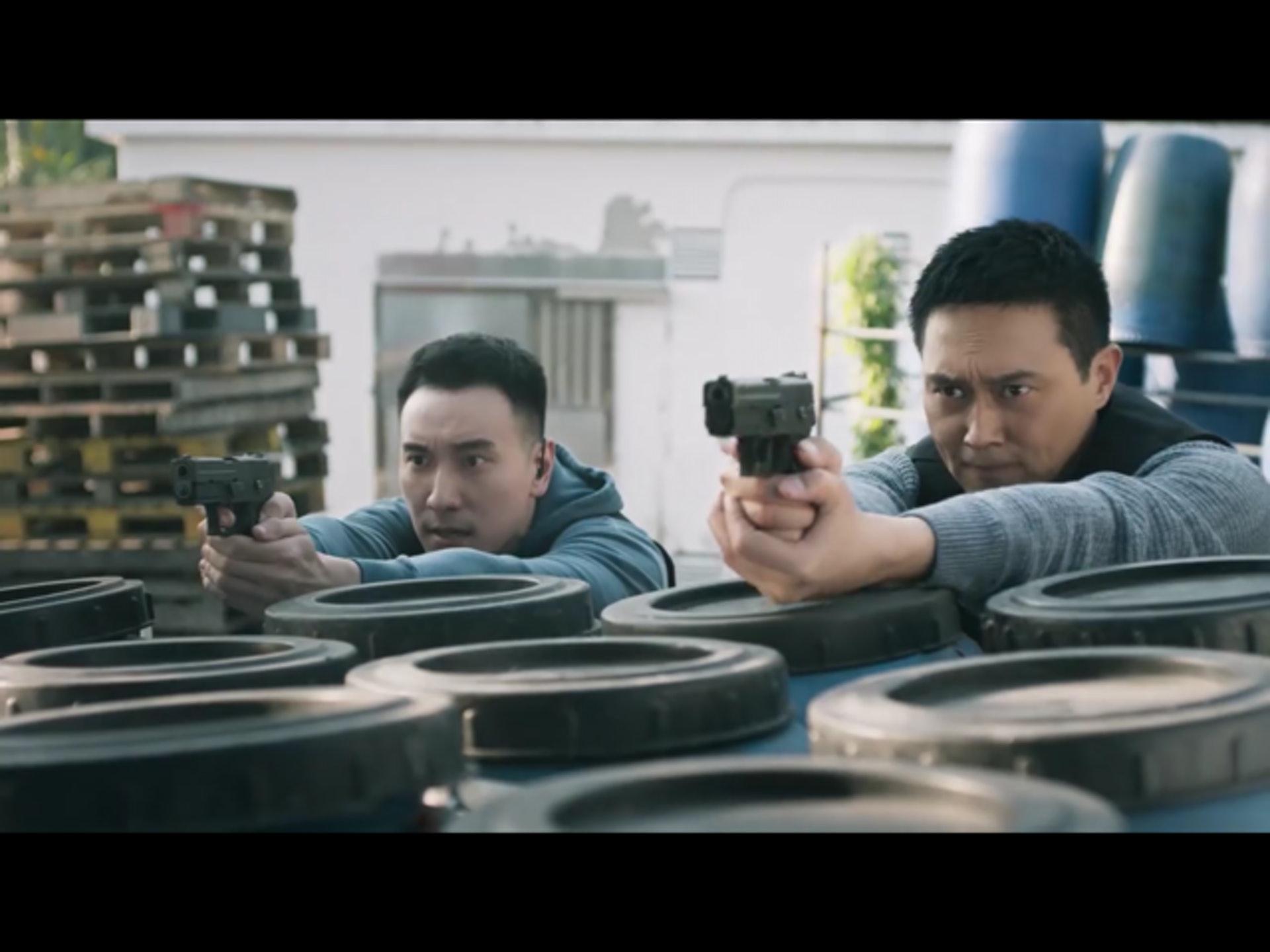 張智霖(右)在戲中的槍法神準。(Viu)
