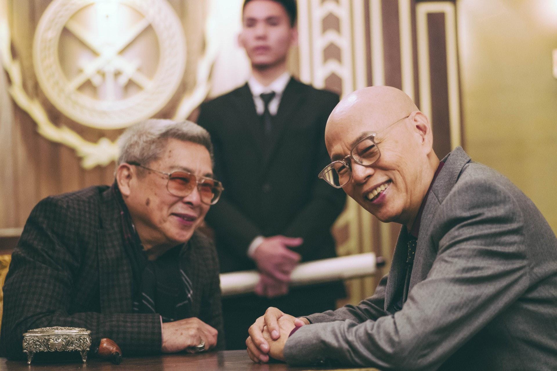 除了張智霖、王陽明和薛凱琪三大角色,《蝕日風暴》亦有不少老戲骨演出,包括劉兆銘(左)和羅家英(右)。(劇照)