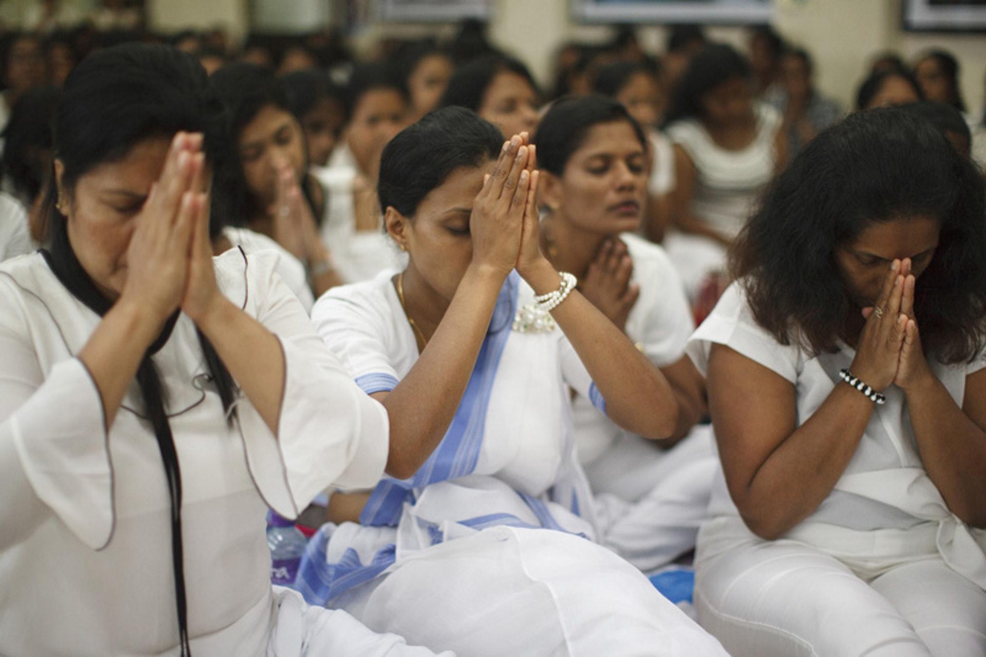 衛塞節南傳佛教斯里蘭卡信眾禱告(攝影師KevinLee李安民提供圖片,版權所有不得轉載)