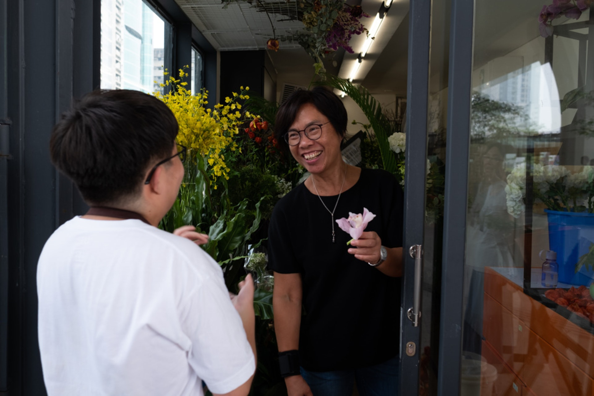 李嘉誠的捐贈令馮玉玲夠錢在觀塘海濱開間實體花店,讓「特殊」員工兼學打理店務,他們如今能一手包辦開店、清潔和收舖等工作。