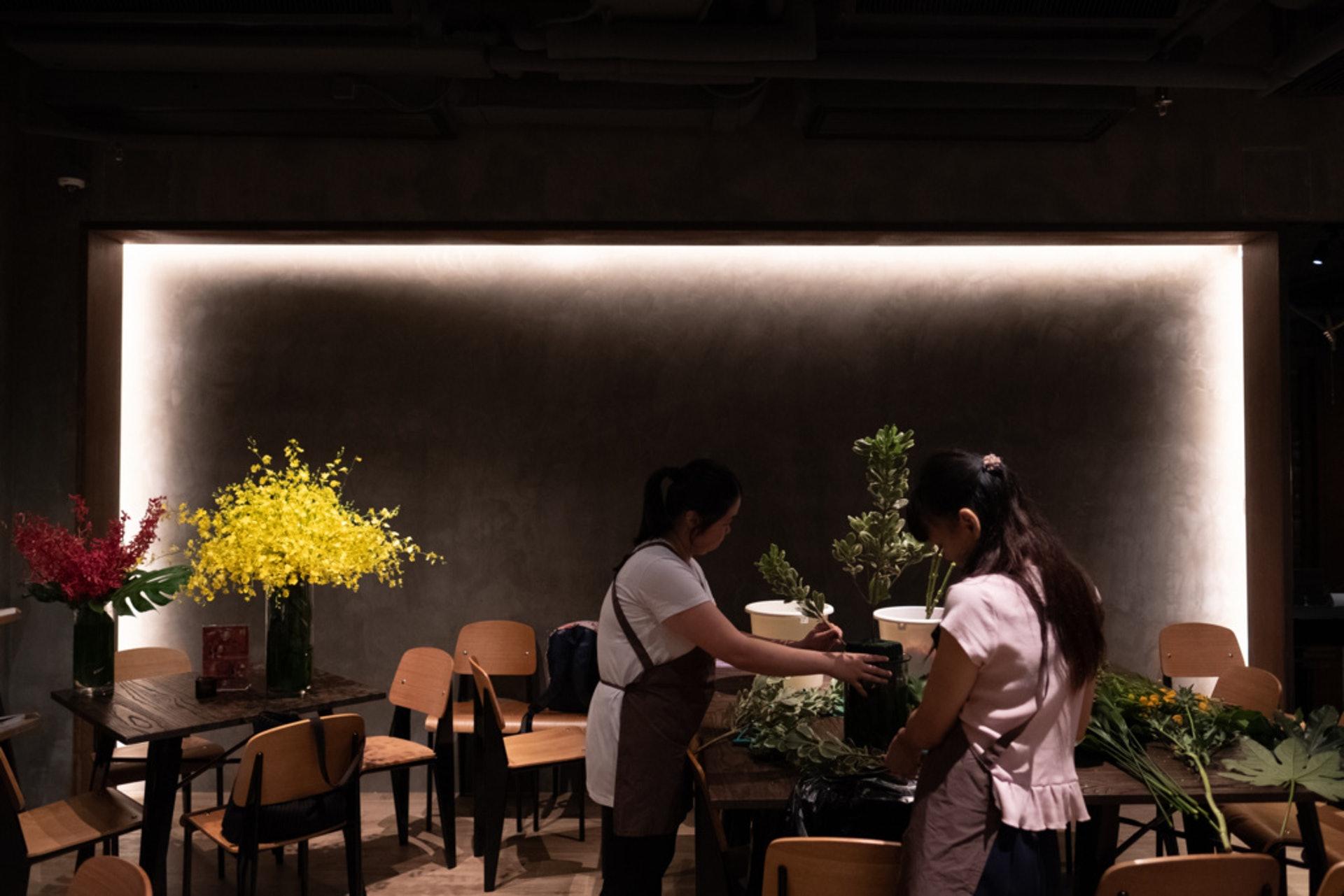 每周五上午,阿燕和阿娟會來到佐敦這間高級酒店,她們戴上圍裙,有板有眼地合力設計數座花飾。