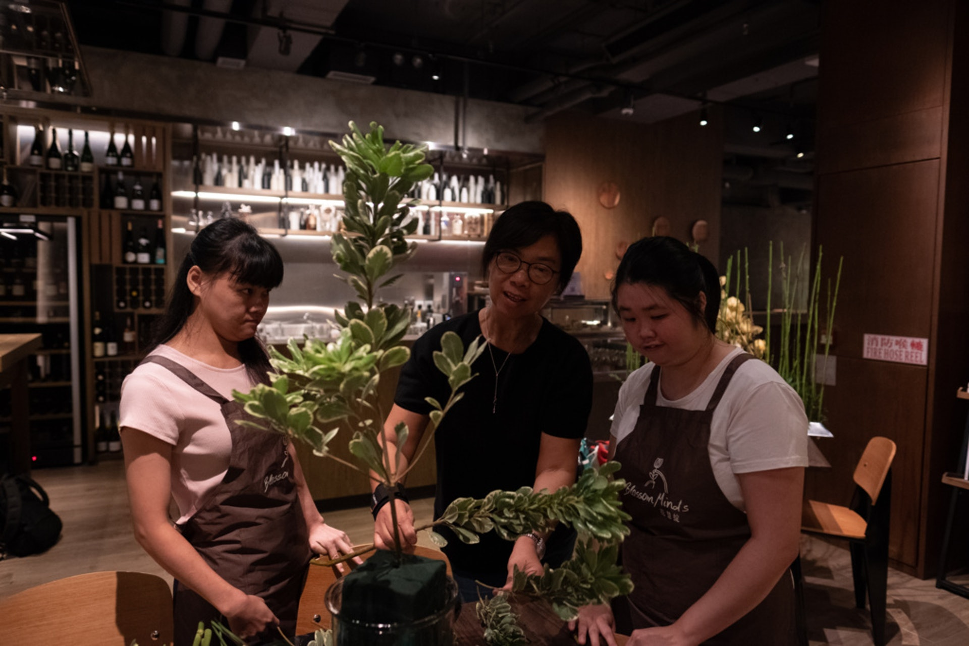 馮玉玲有時會加入指示,請她們留意花樣和插法,畢竟她們只學花藝大半年。