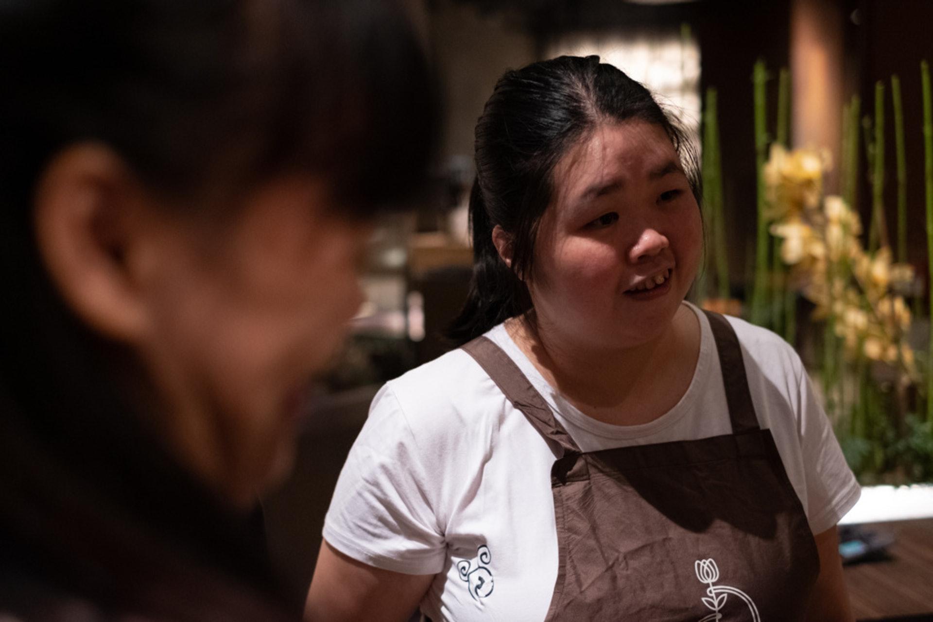 阿娟是馮玉玲於特殊學校畢業生招聘回來的,她對花藝有興趣,很投入其中。