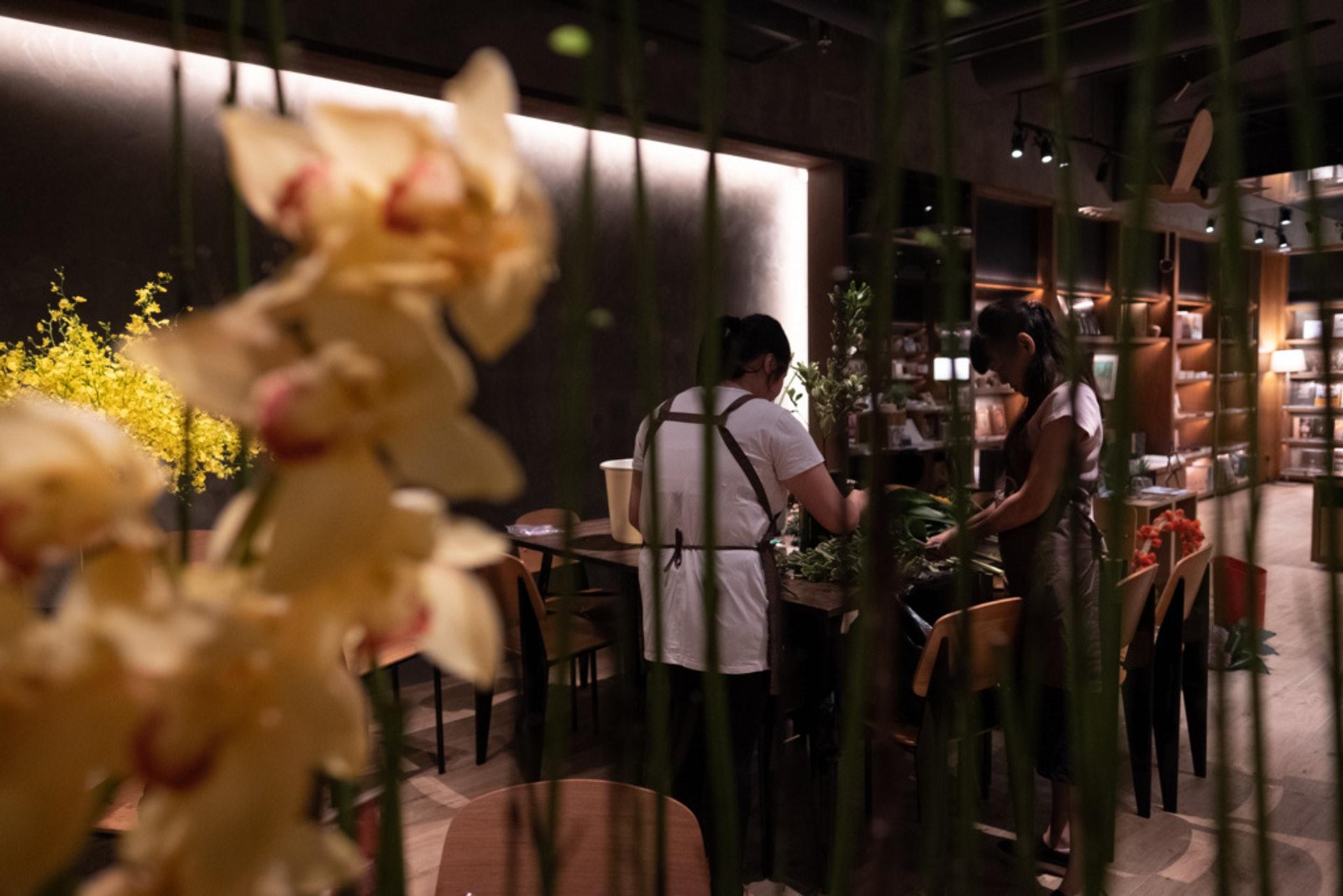 這間酒店每周換一次鮮花擺設,請阿燕和阿娟來設計佈置。