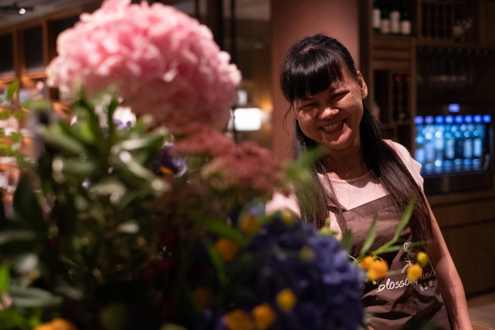 阿燕是馮玉玲於唐氏綜合協會認識的,當時馮在協會開辦訓練班,招聘對花藝有興趣或天分的特殊人士。