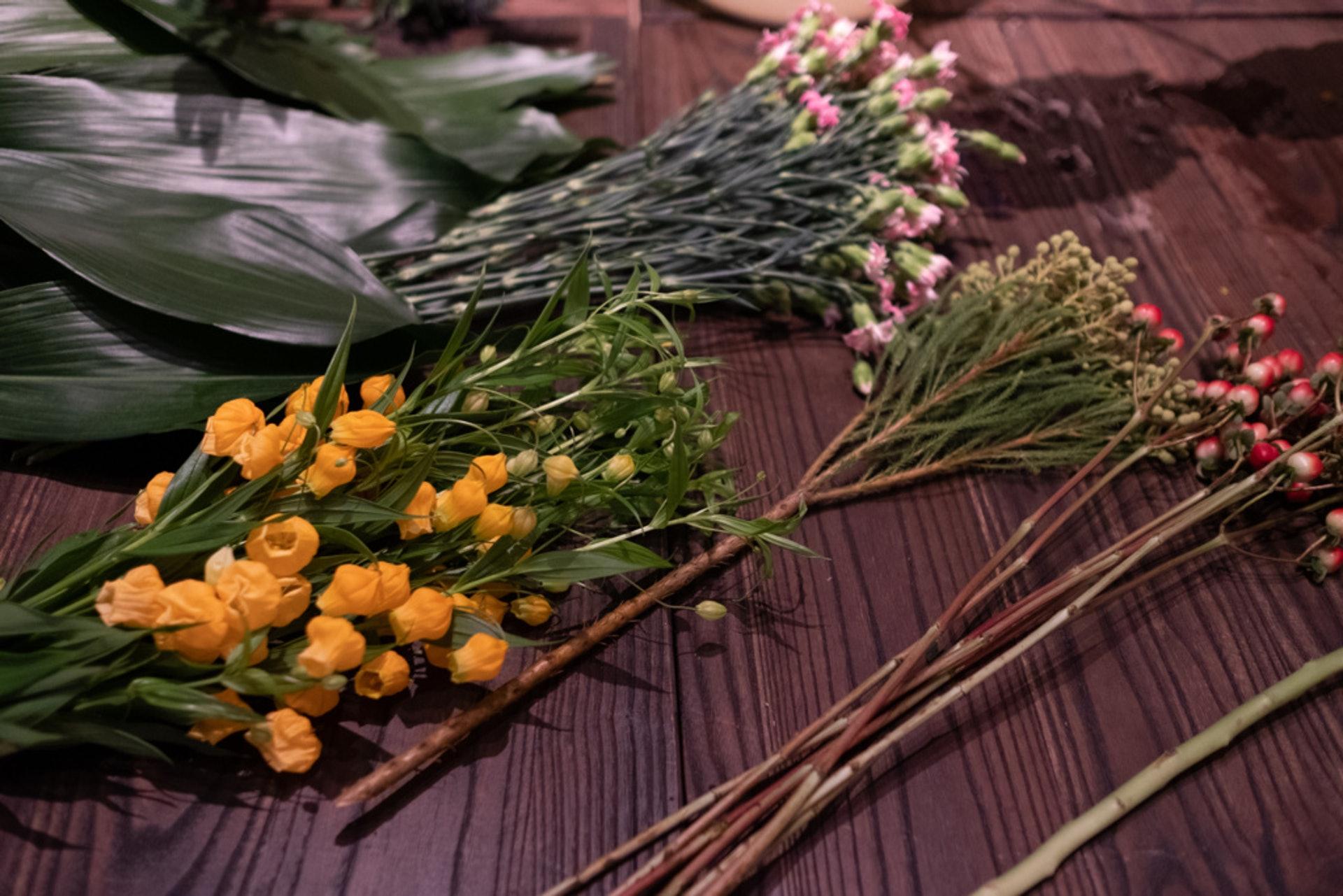花材來自世界各地,都是馮玉玲向花店批發訂的。