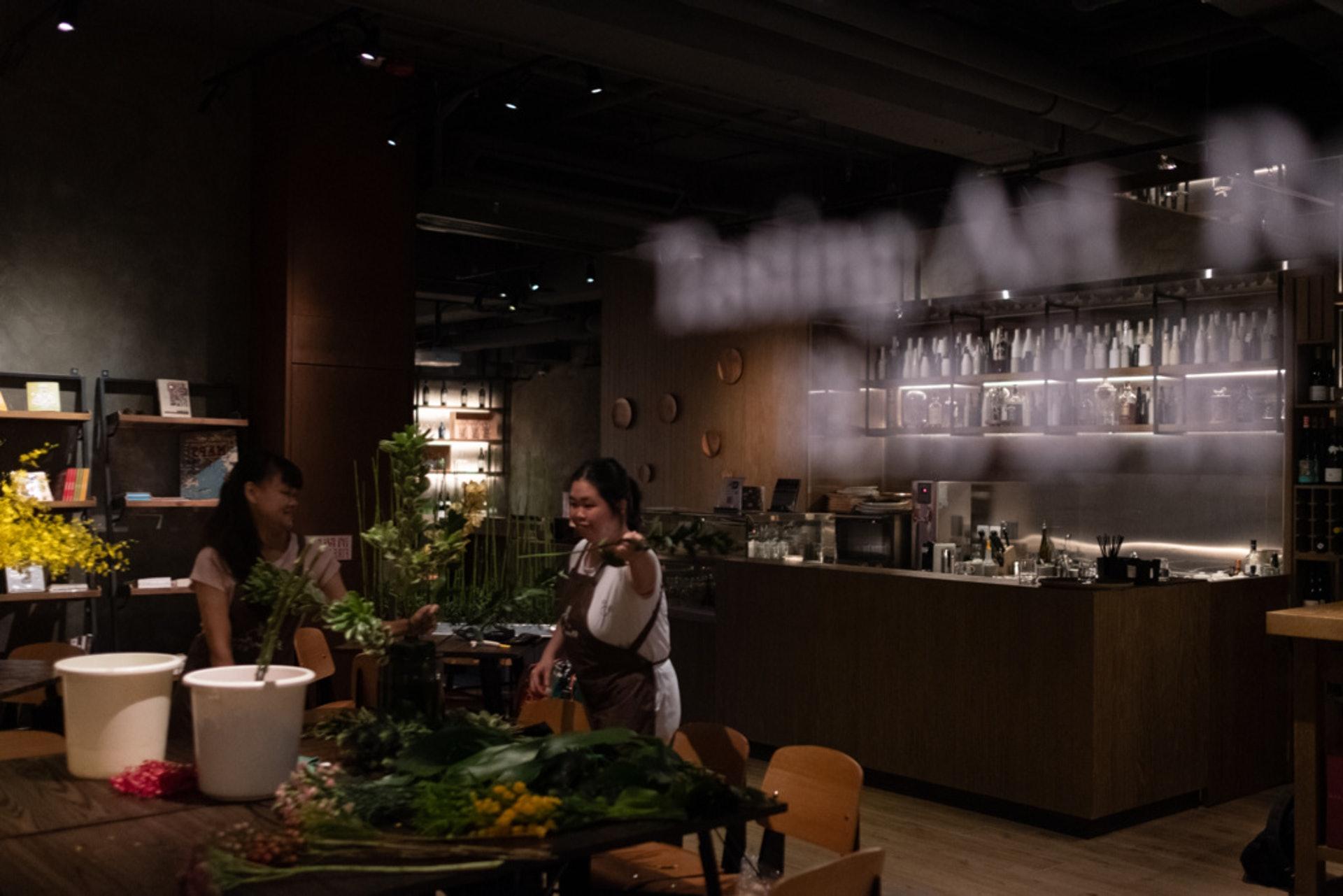 兩個女生趁早上酒店的書廊和酒吧未開店,獲空間擺放花材,做設計工作。