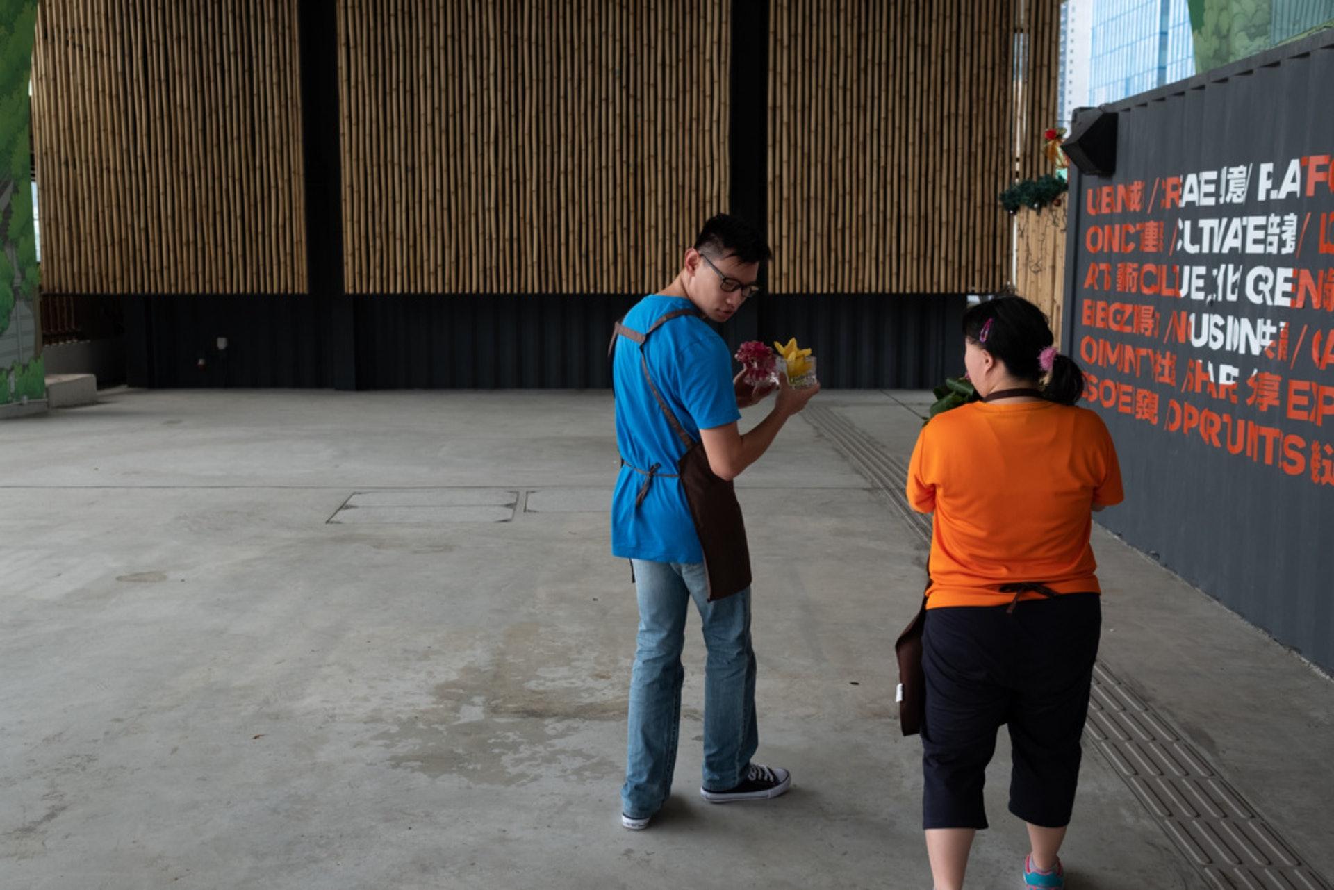 阿星這天下午與一班同事捧著小花擺設到隔壁的法國餐廳。