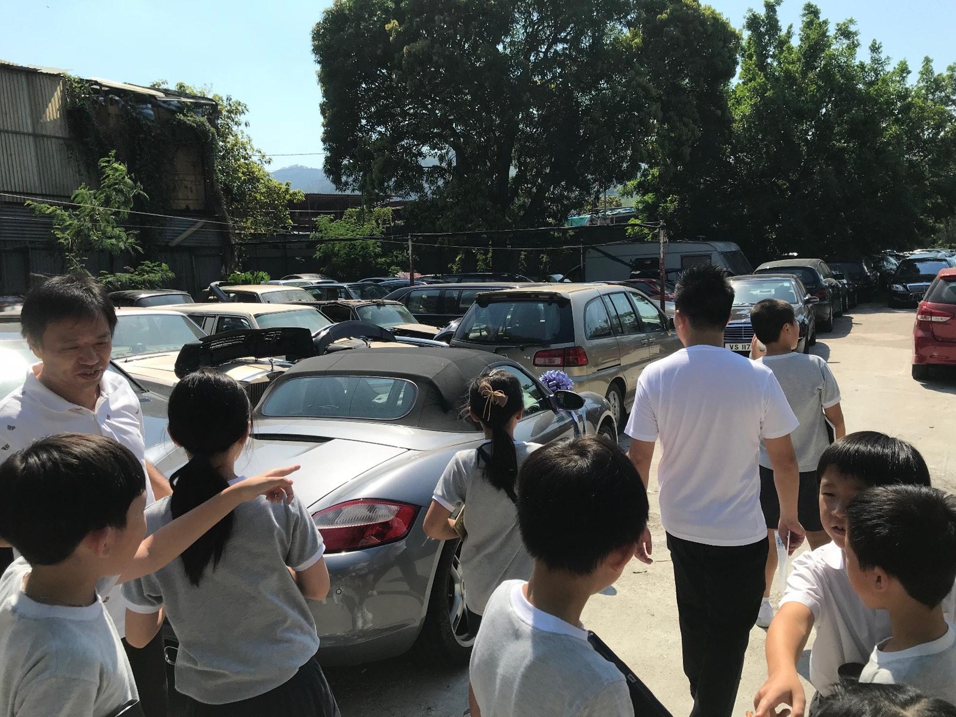 同學們第一次探訪劏車場,非常興奮。(德萃小學圖片)