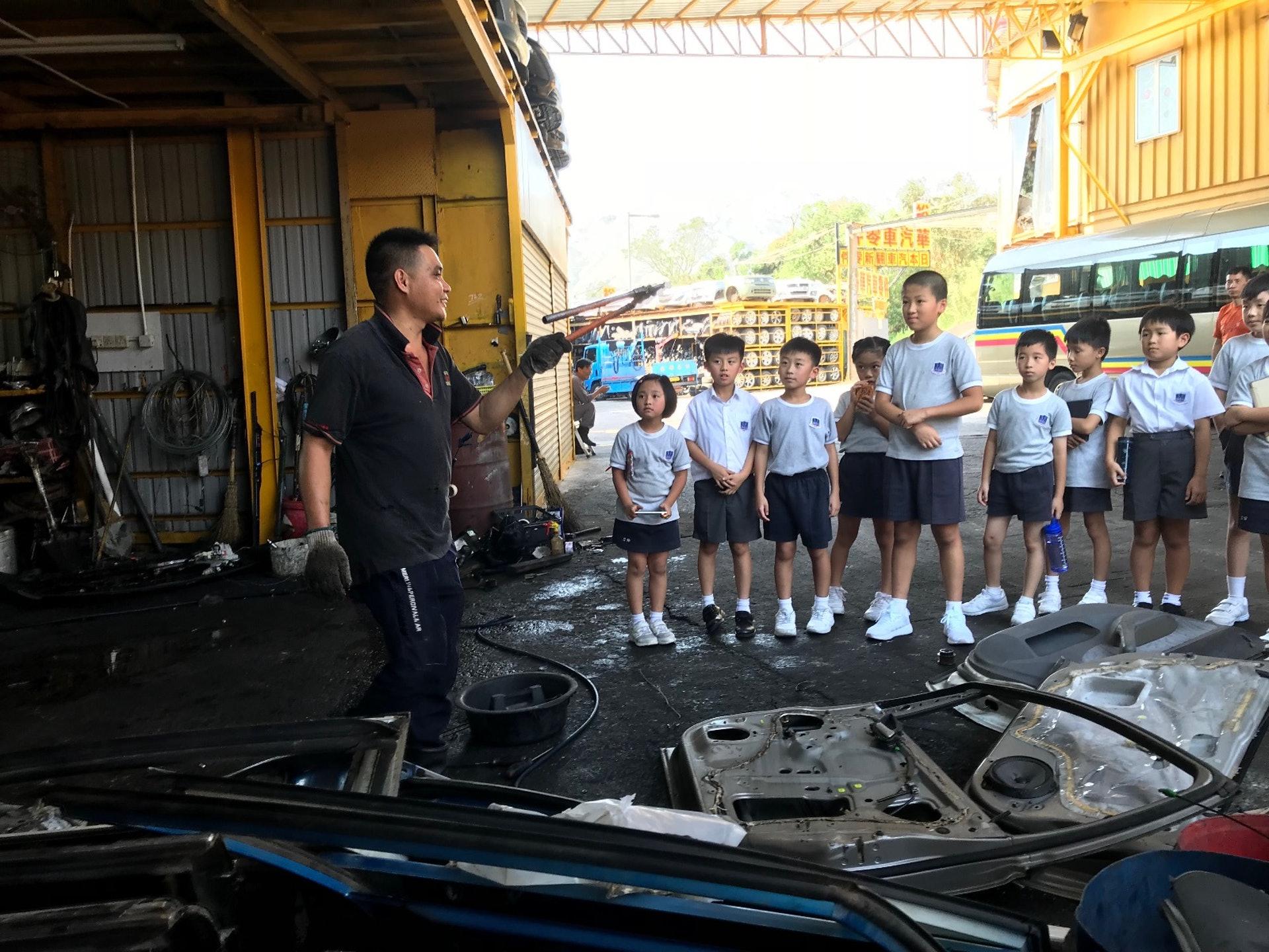 同學們正在瞭解訪問劏車師傅。(德萃小學圖片)