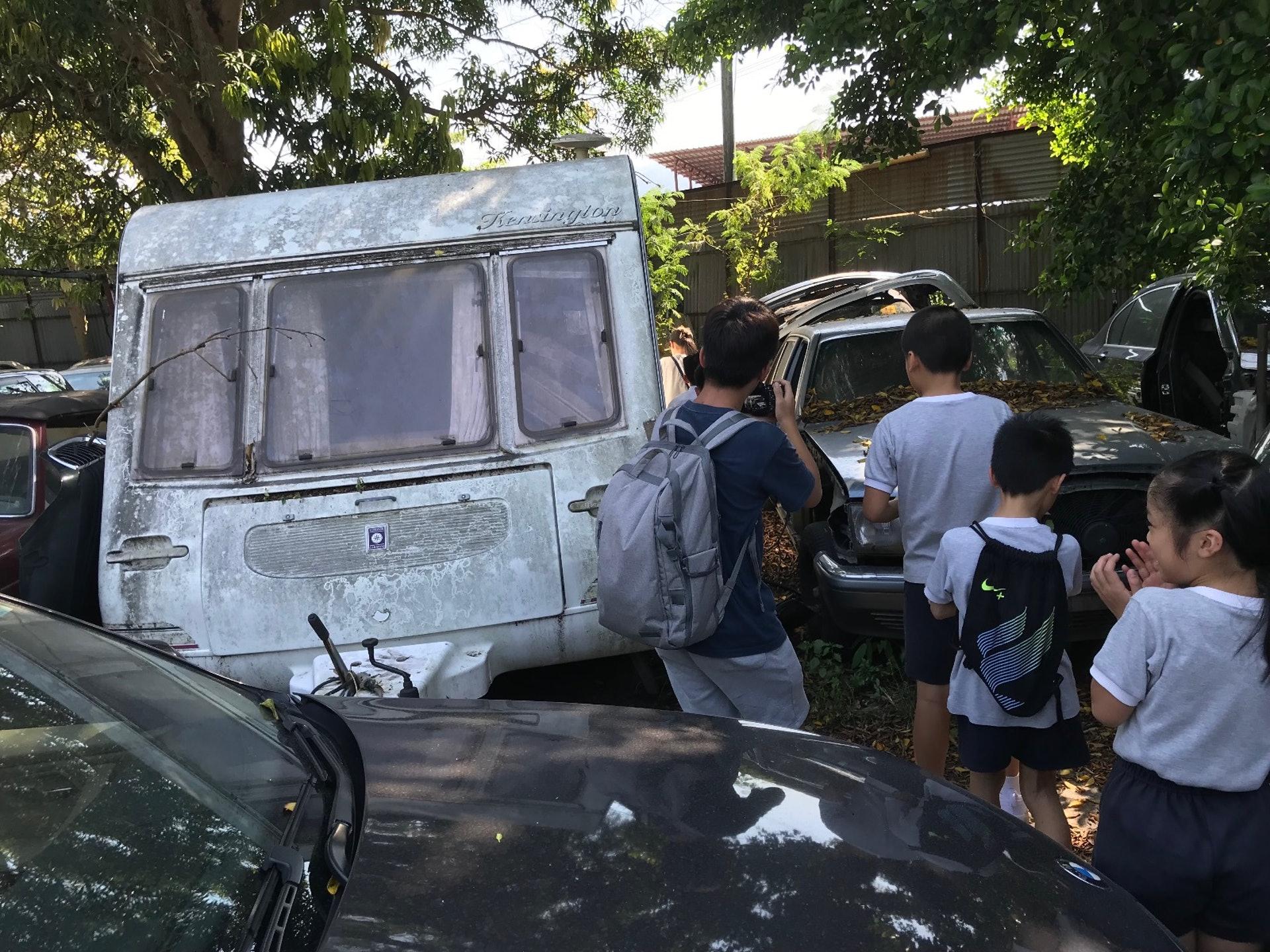 同學們正在研究改造caravan的可能性。(德萃小學圖片)