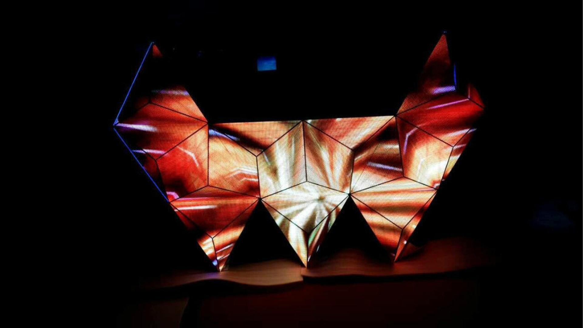 LED軟屏有別於傳統的硬質結構,可作出扭曲、變形、弧形等特別造型。(SuiRich網頁圖片)
