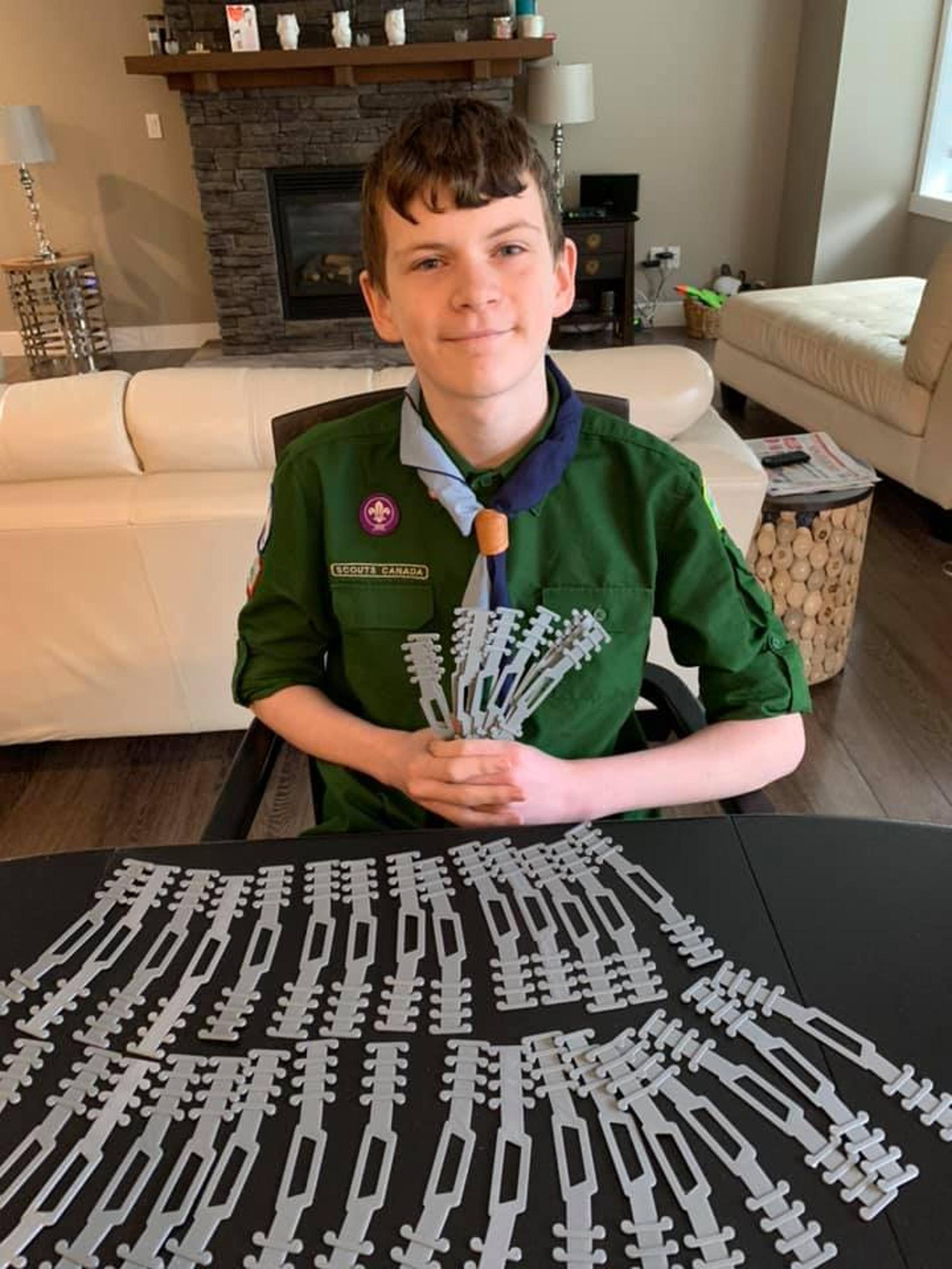 13歲加拿大少年Quinn得知醫護因常戴口罩而勒傷耳,想到以3D打印技術製作護耳膠條。(fb「Heather Roney 」圖片)