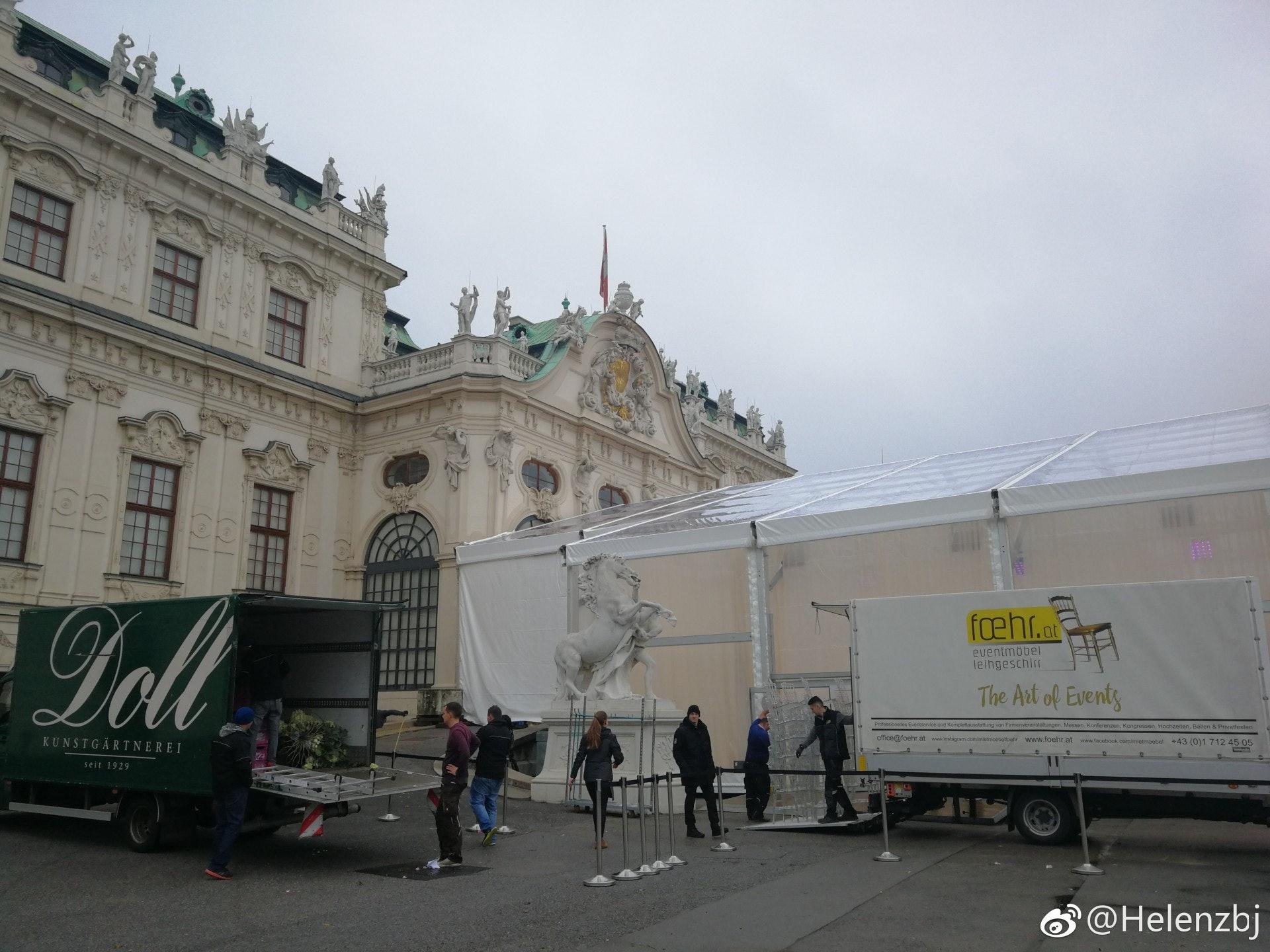 工作人員於美景宮前搭建大帳篷。
