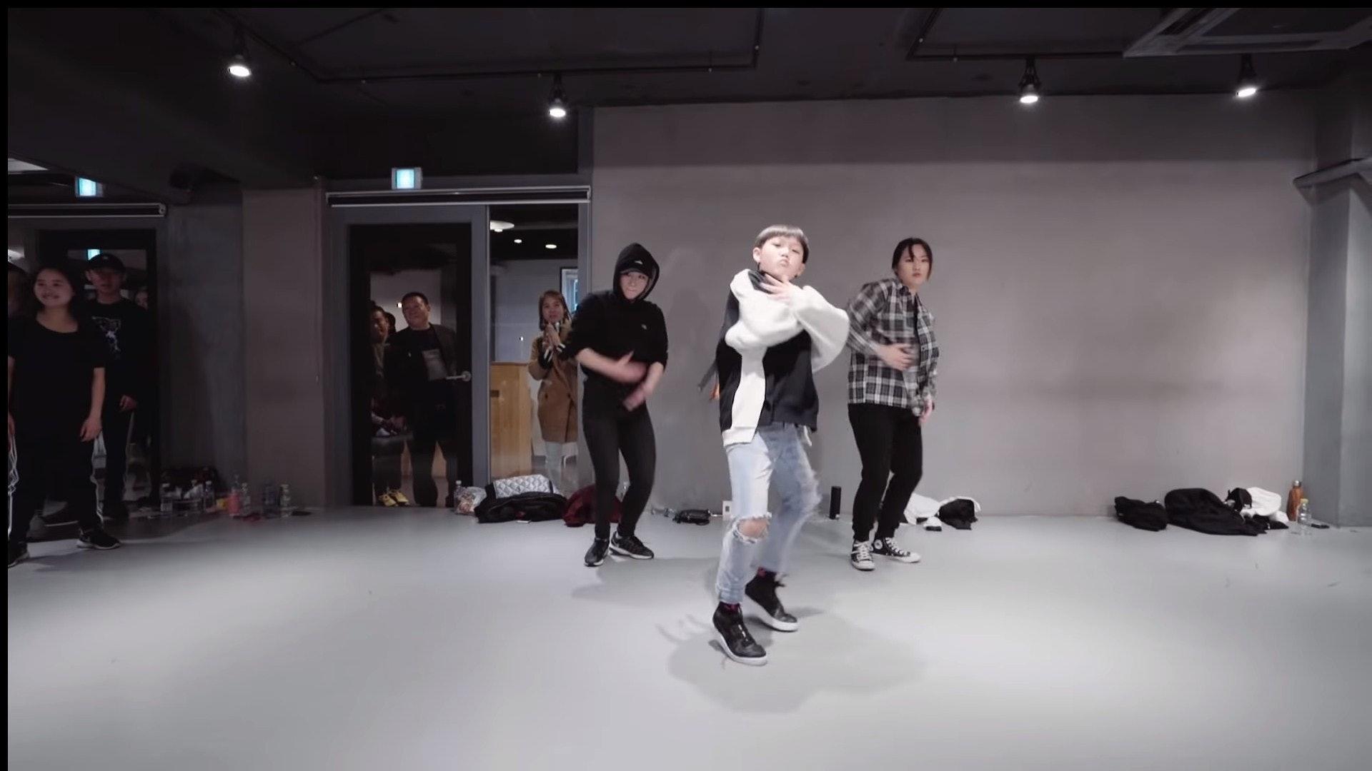 Suren(中)曾在1MILLION Dance Studio學跳舞,並在其影片中大騷舞技。(影片截圖)
