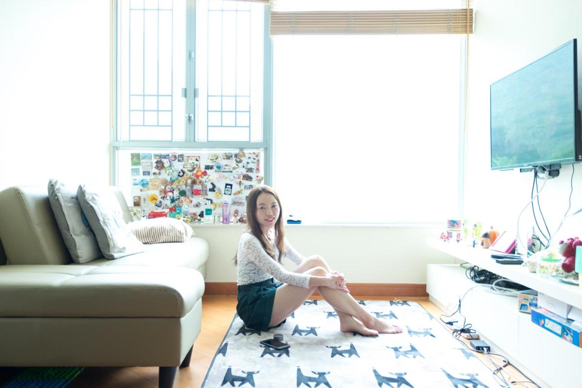 Rebecca去年靠父母協助「上車」,她形容客廳是她最喜愛的角落。(盧翊銘攝)