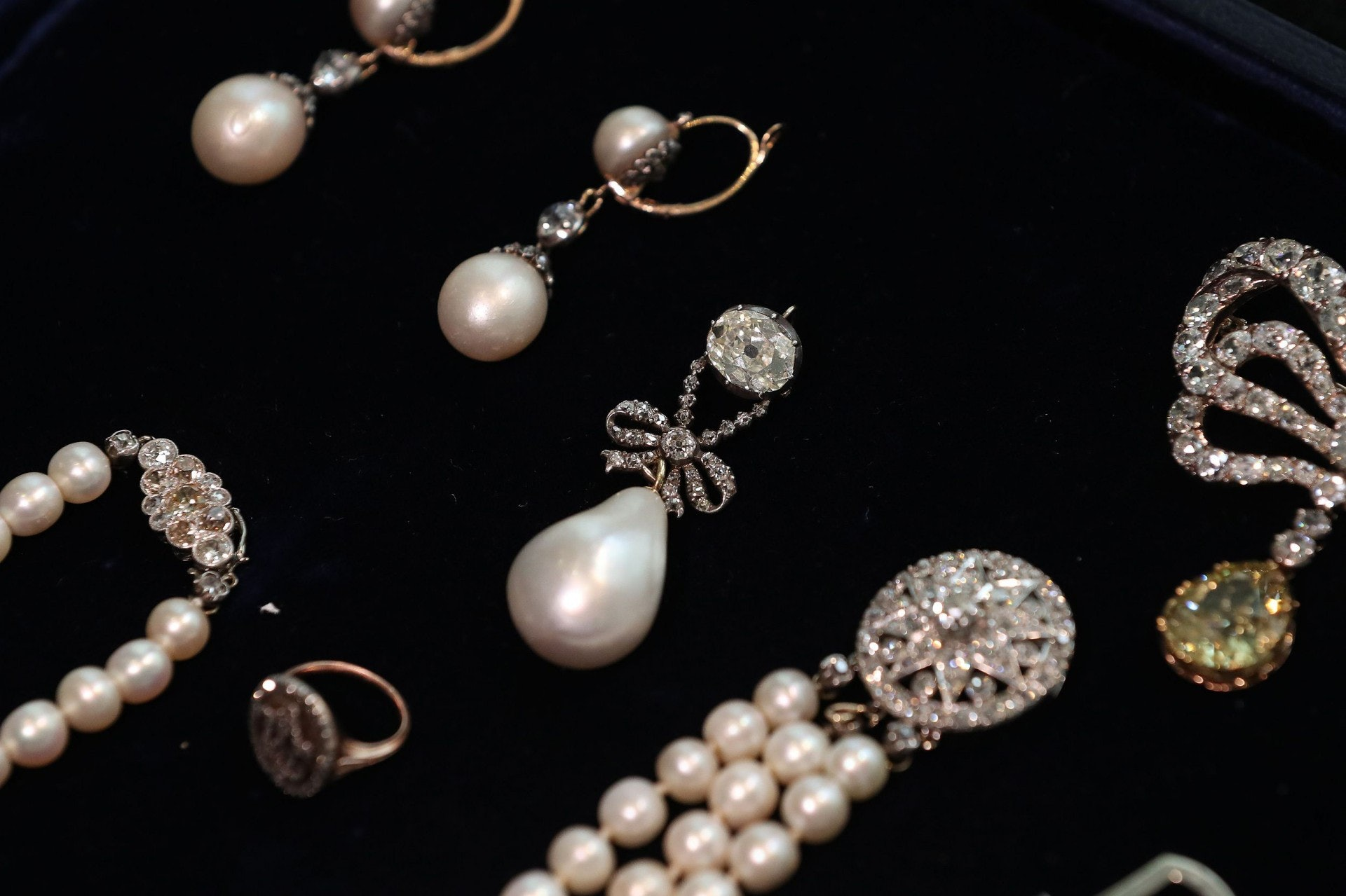 蘇富比拍賣行展出即將拍賣的波旁·帕爾瑪家族皇室珠寶。(視覺中國)