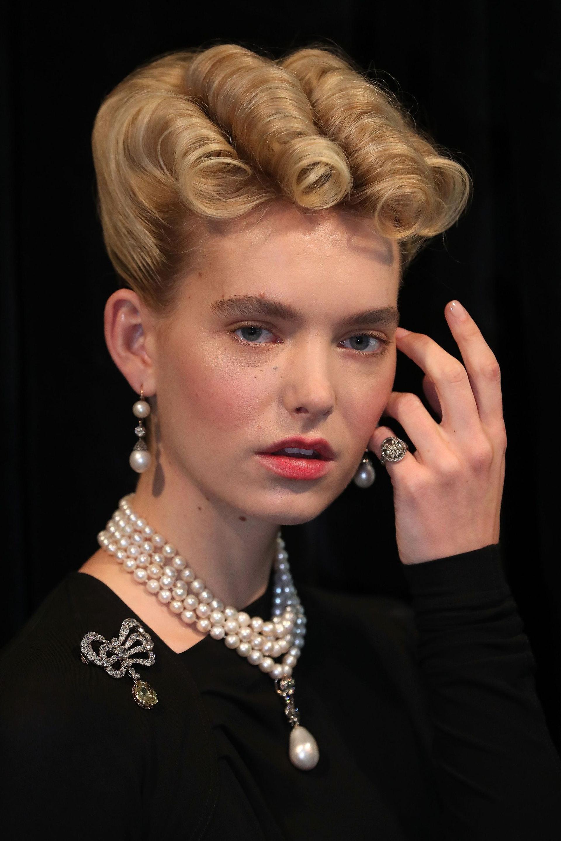 瑞士日內瓦當地時間2018年11月7日,在蘇富比拍賣行即將舉行的「波旁帕爾瑪家族的皇家珠寶」拍賣會預展上,一名模特兒展示曾經屬於法國瑪麗王后的各式珠寶,包括耳環、戒指、項鍊和胸針。(視覺中國)