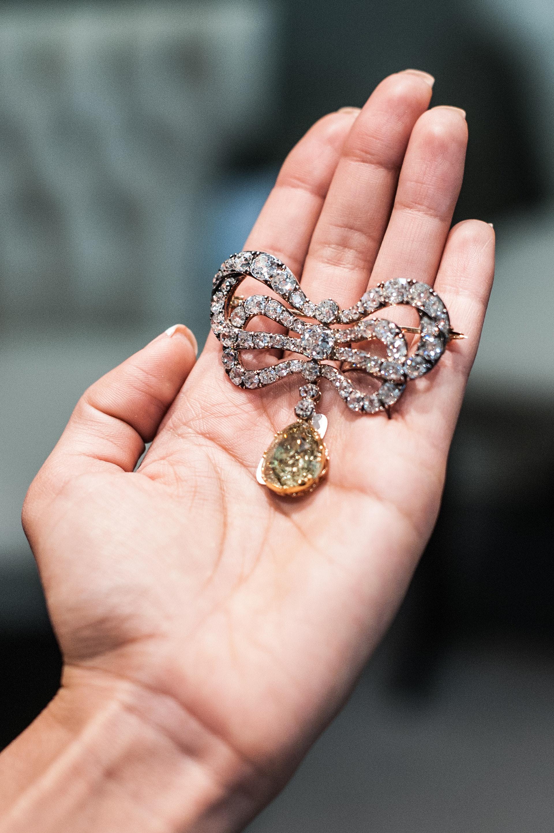 美國紐約當地時間2018年10月12日,蘇富比拍賣行舉辦媒體預展,展出即將拍賣的波旁·帕爾瑪家族皇室珠寶,最大亮點是多件曾由法國瑪麗王后所擁有的珍珠和鑽石珠寶。(視覺中國)