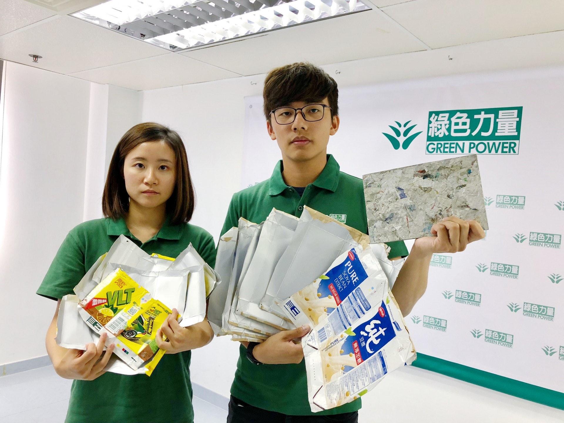 余健綱(右)認為,由本地回收商處理紙包盒有助減低運輸成本及碳排放。(勞敏儀攝)