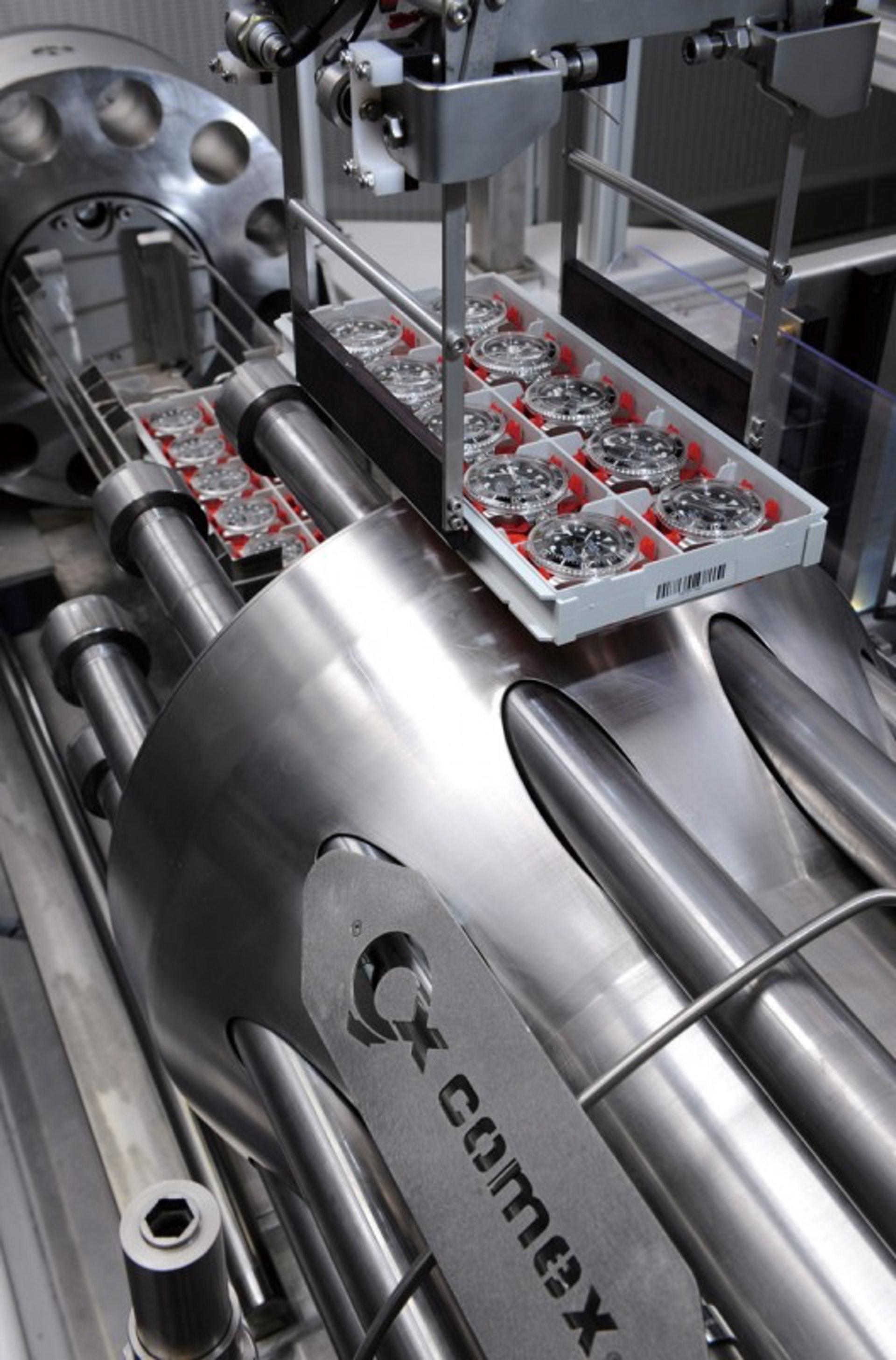 為了達到對深海潛水腕錶極其嚴苛的認證標準,勞力士與法國專業潛水公司COMEX合作,合力打造出高壓測試箱,對腕錶進行防水性能的測試。(世界高級品)