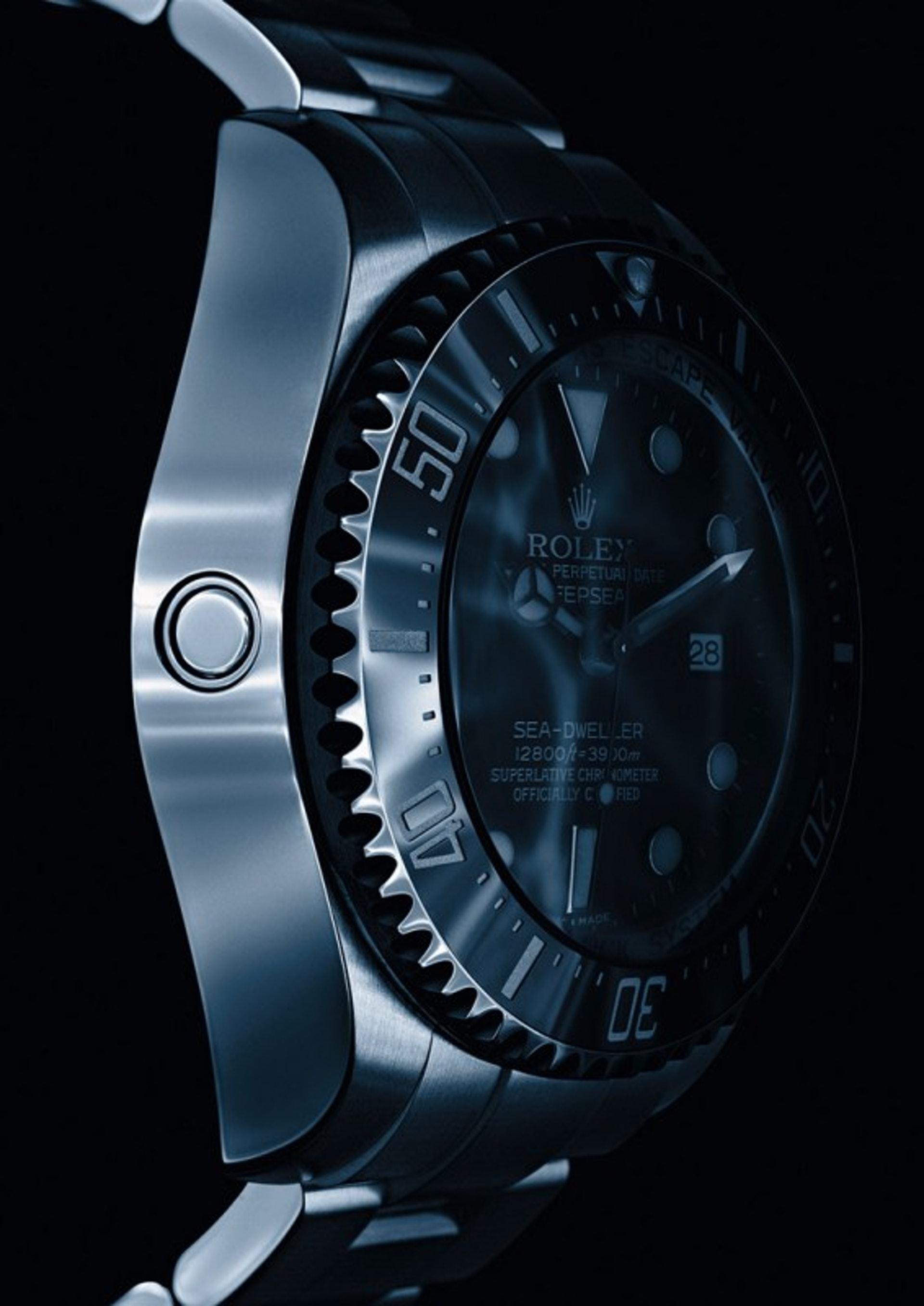 勞力士七○年代已便以開發出排氦裝置。當腕錶內外有超過3至5巴的氣壓差異,裝配彈簧的排氣閥門便會開啟讓氦氣釋放,而腕錶的防水功能在此時亦不會受影響。(世界高級品)