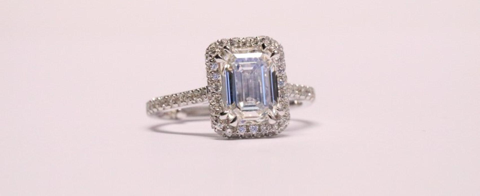 橢圓形、方形和祖母綠切割的鑽石因為較大檯面和只需切掉較小面積的原石,也會讓同克拉數的鑽石更加顯大。(世界高級品)