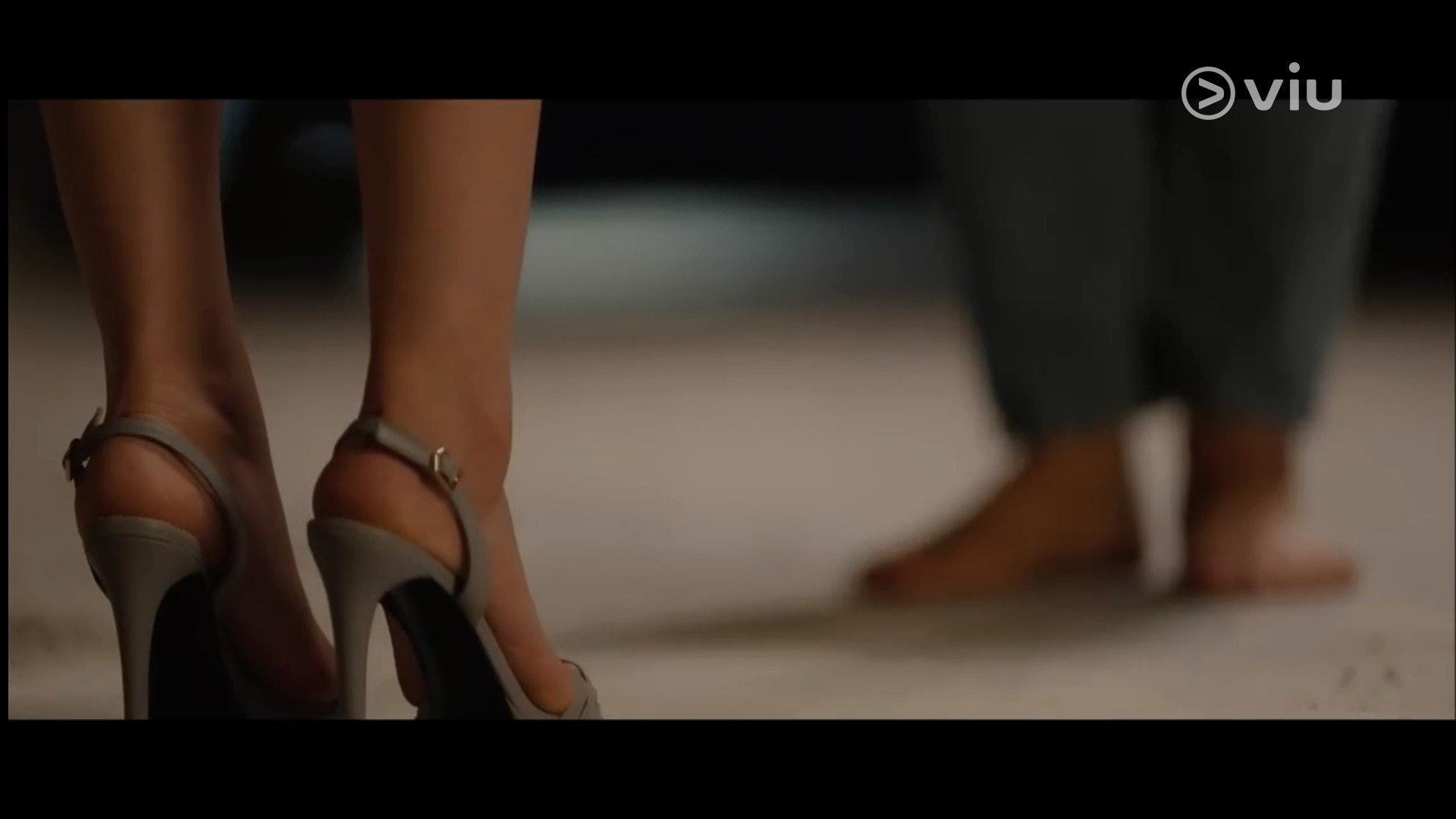 喬妹在劇中穿上SUECOMMA BONNIE的高踭鞋走到莫羅城堡,結果出現「刮腳」情況。(影片截圖)
