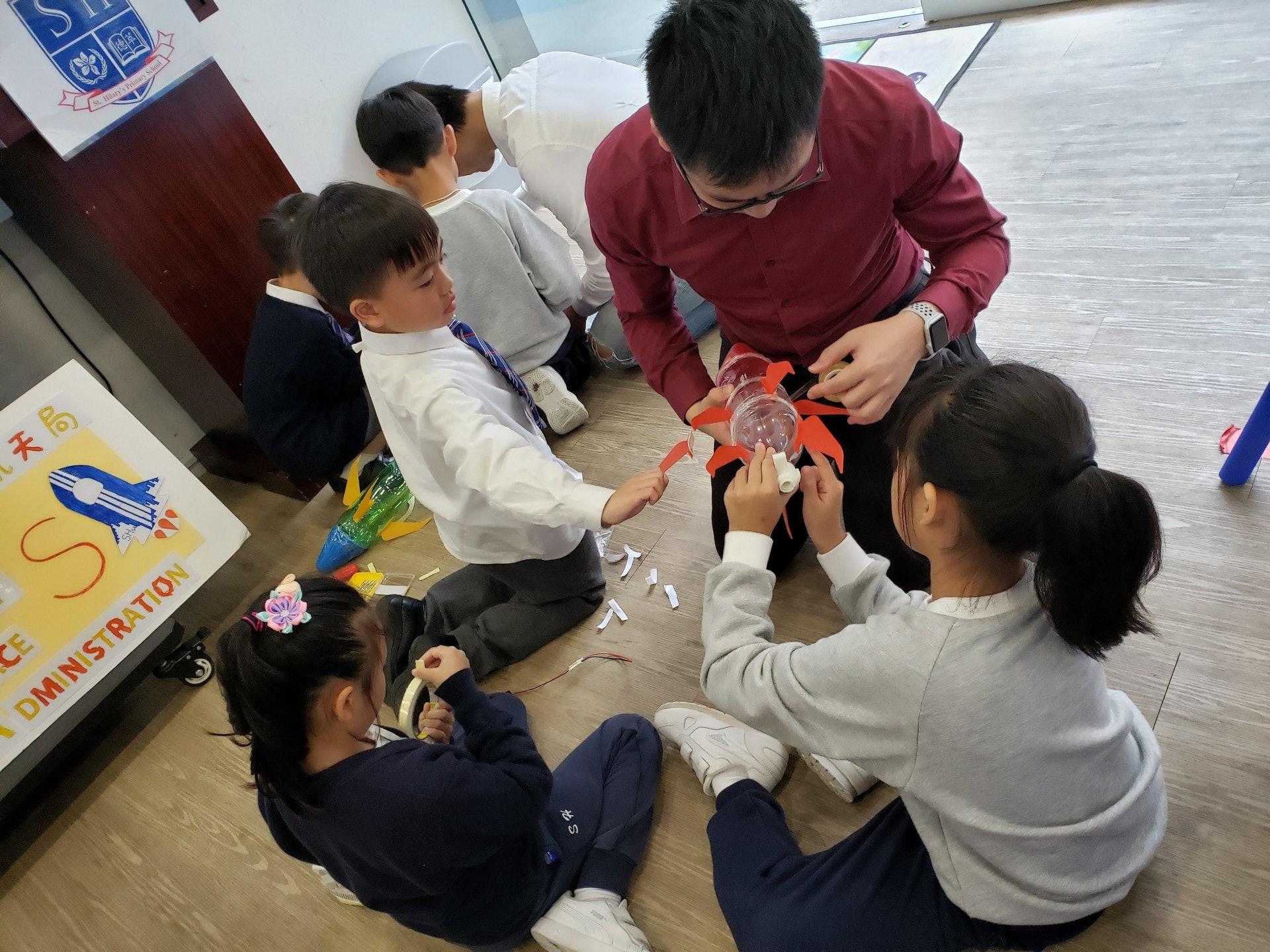 同學們動手製作屬於自己的水火箭。(德萃小學圖片)
