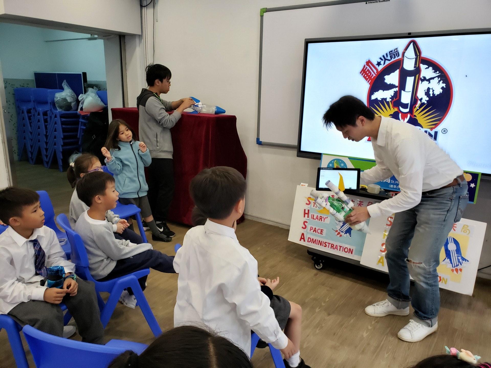 動火箭的創辦人Marco向同學講解水火箭的結構原理。(德萃小學圖片)
