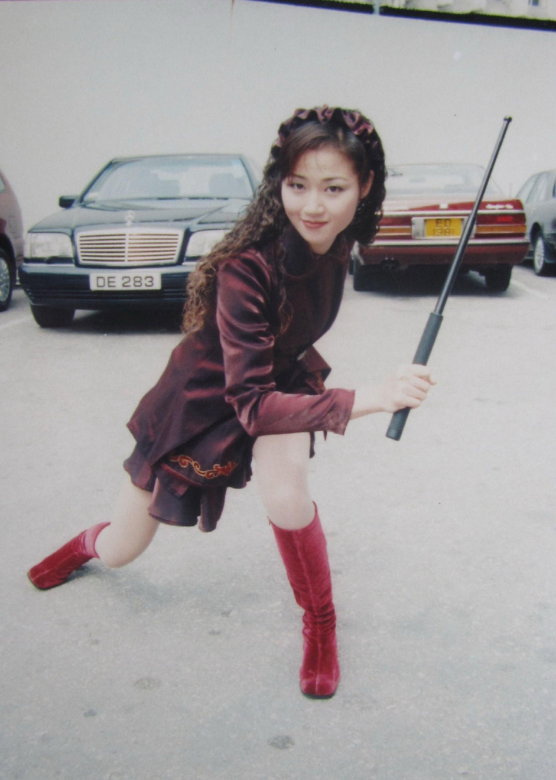 對於馬小玲要穿短裙着長靴的設計,陳十三直言當年看過萬綺雯的造型後未算滿意。「我覺得佢第一輯未夠性感,可以再Sexy啲,所以去到第二輯,佢其實係Sexy過第一輯嘅!」(網上圖片)