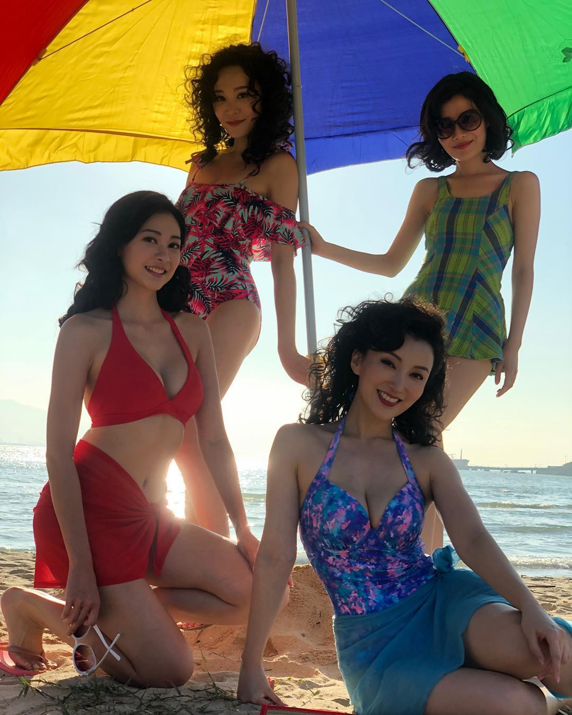 劉芷希、鄧以婷、李松蔓、吳沚默以70年代泳裝拍攝《黃金有罪》。