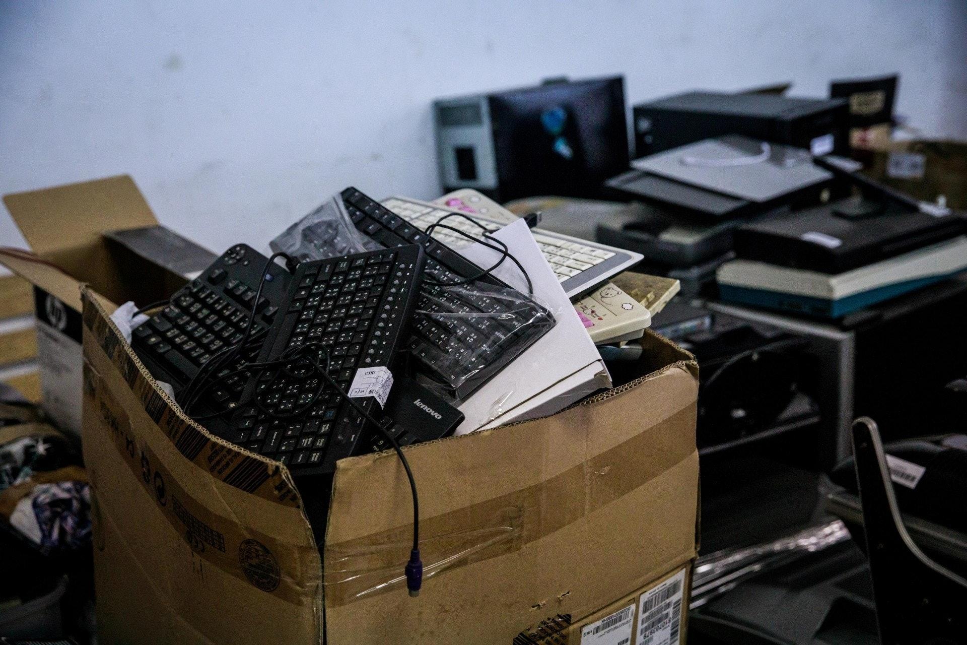 發言人提醒,回收商如未能確定在月底前領有電器廢物處置牌照,則須現時立即採取行動,妥善清理現存的電器廢物並停止接收電器廢物,以免屆時觸犯法例。(資料圖片)