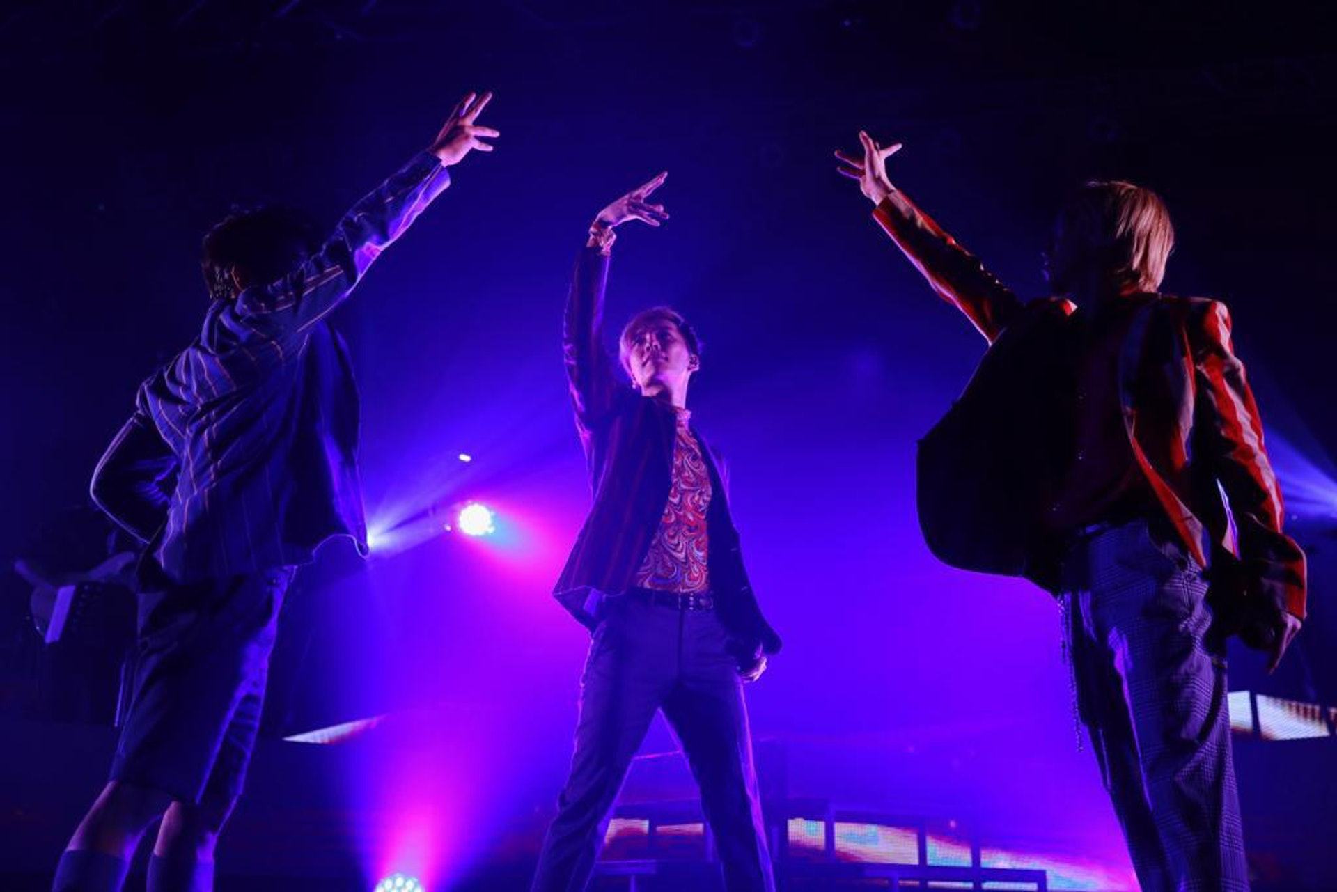 三子在演唱會期間大講廣東話,冧得在場歌迷瘋狂尖叫。