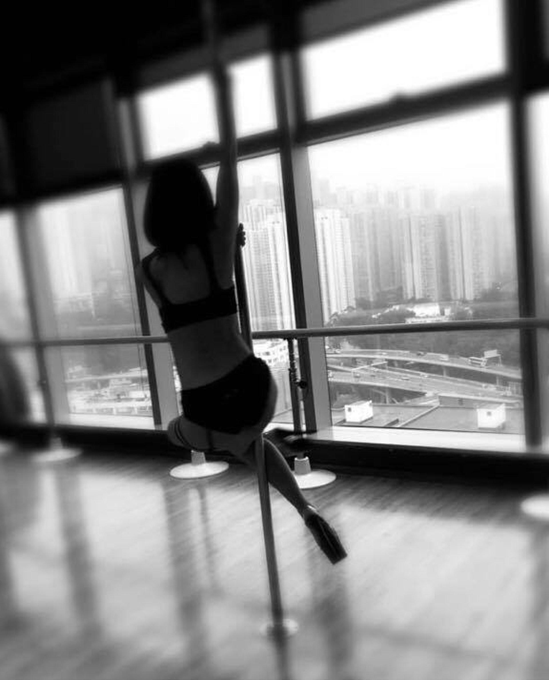 蔡卓妍曾為電影《非分熟女》練習鋼管舞。(《非分熟女》Facebook 圖片