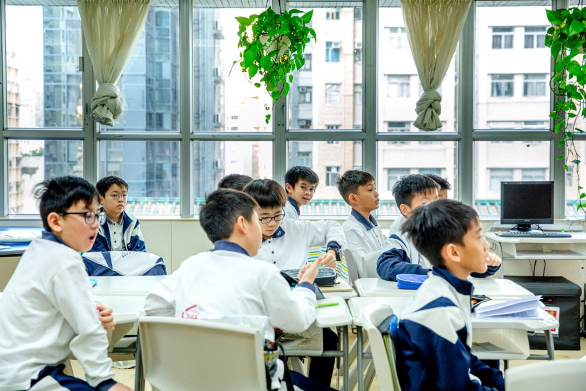 課室的桌椅方便移動,每間課室也會按不同的需要攏放桌椅。