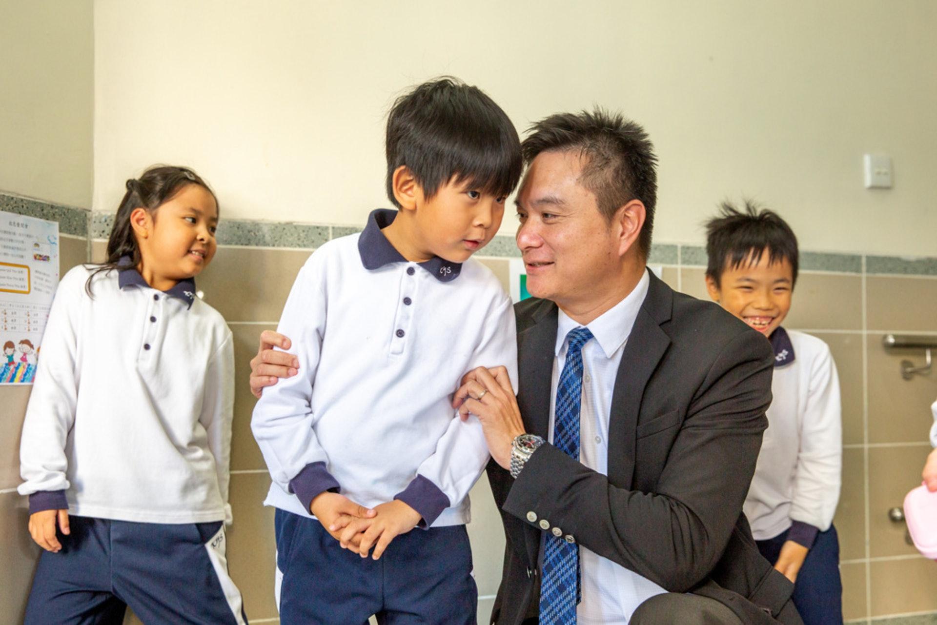 林校長和學生之間擁有良好的關係。