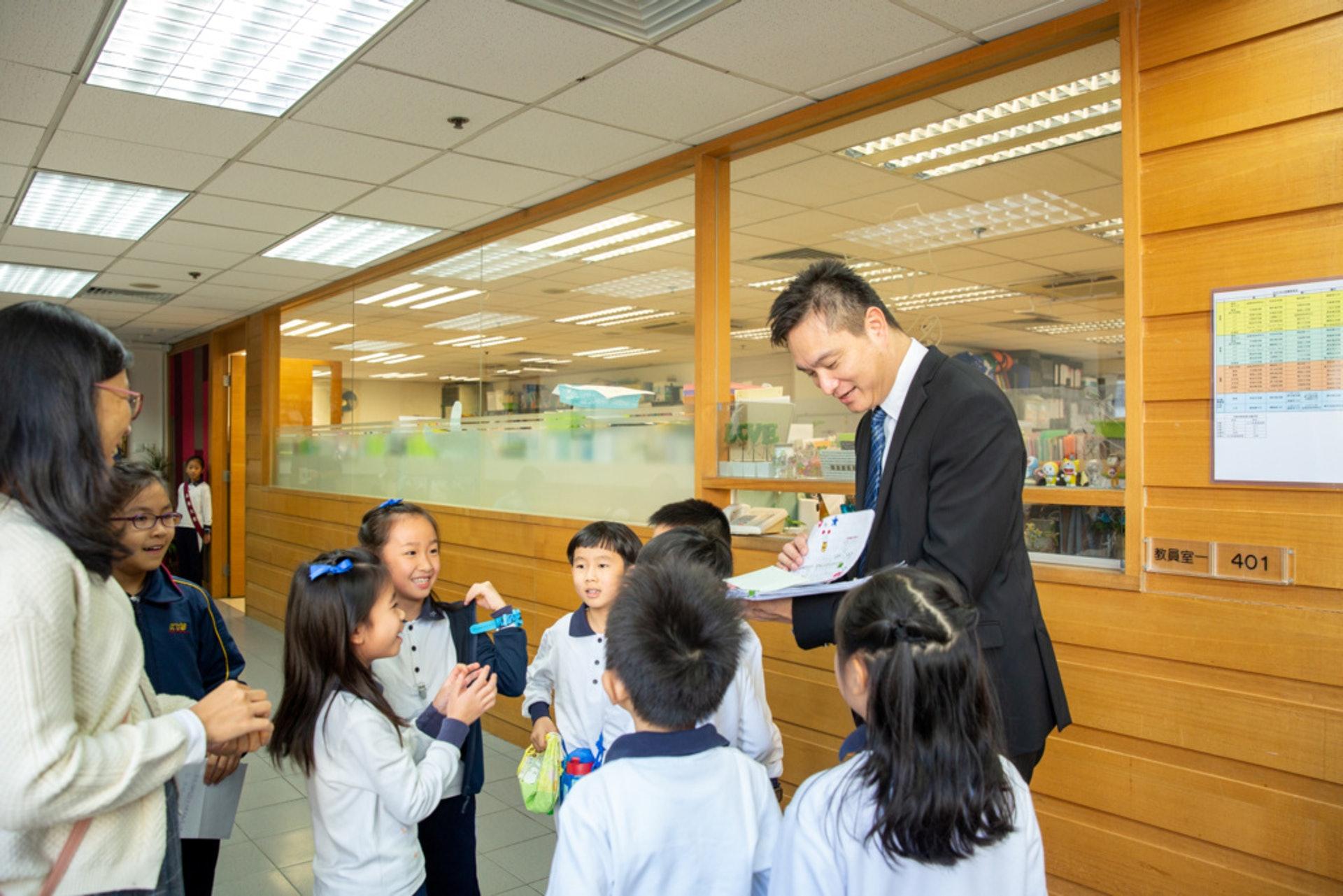 林校長收到學生給他的一疊信。